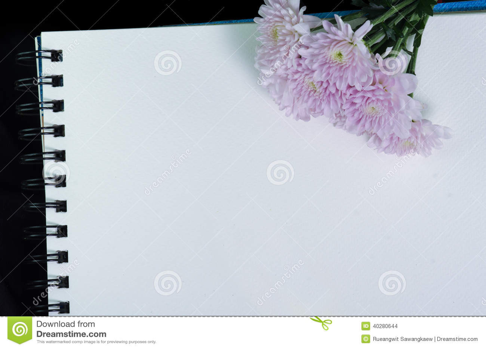 Белый sketchbook и розовый цветок