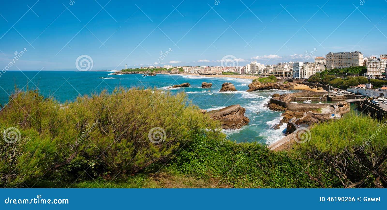 Биарриц, панорама маяка, пляжа и города, Франции
