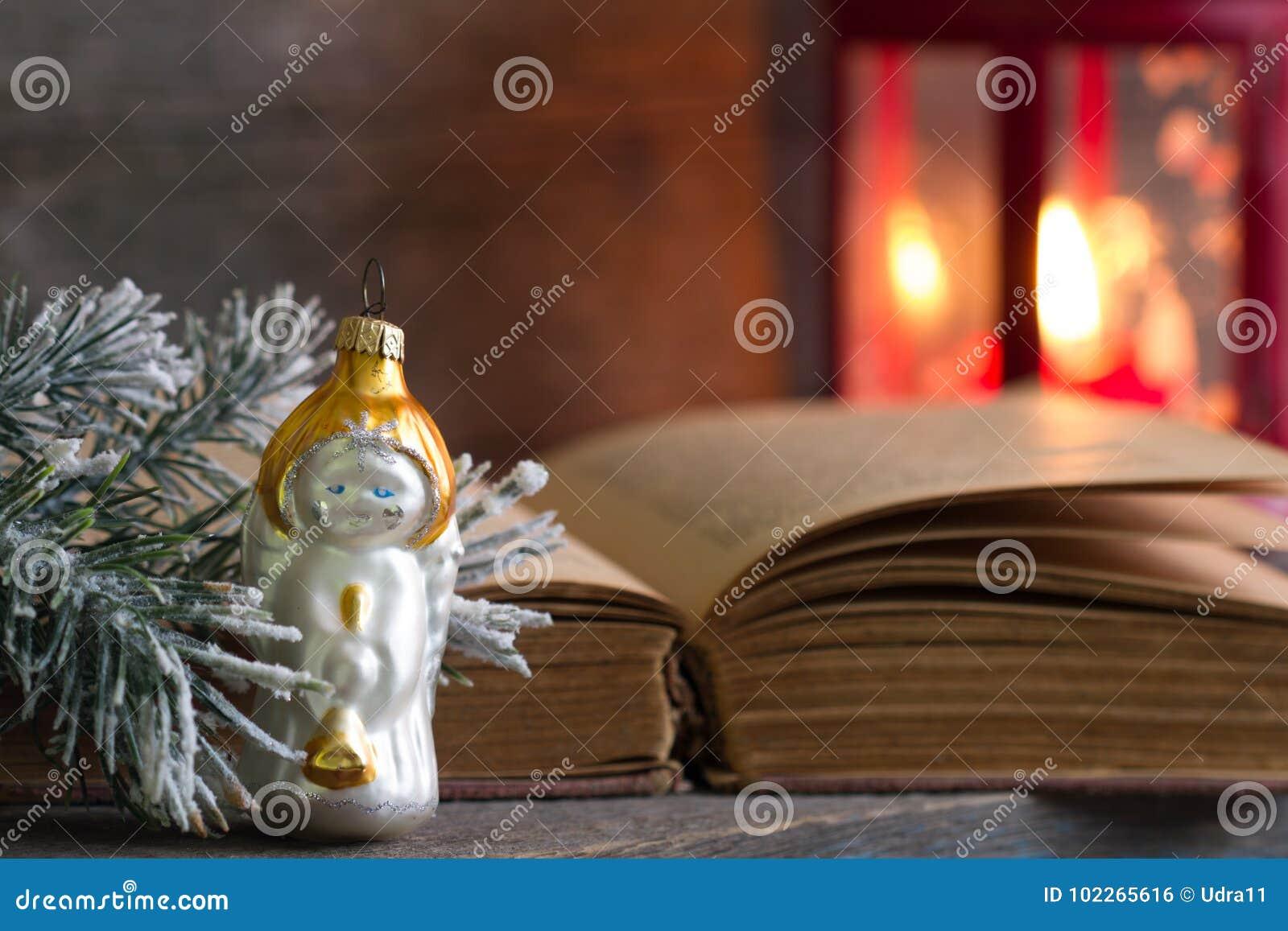 Библия и фонарик ангела рождества на деревянной предпосылке