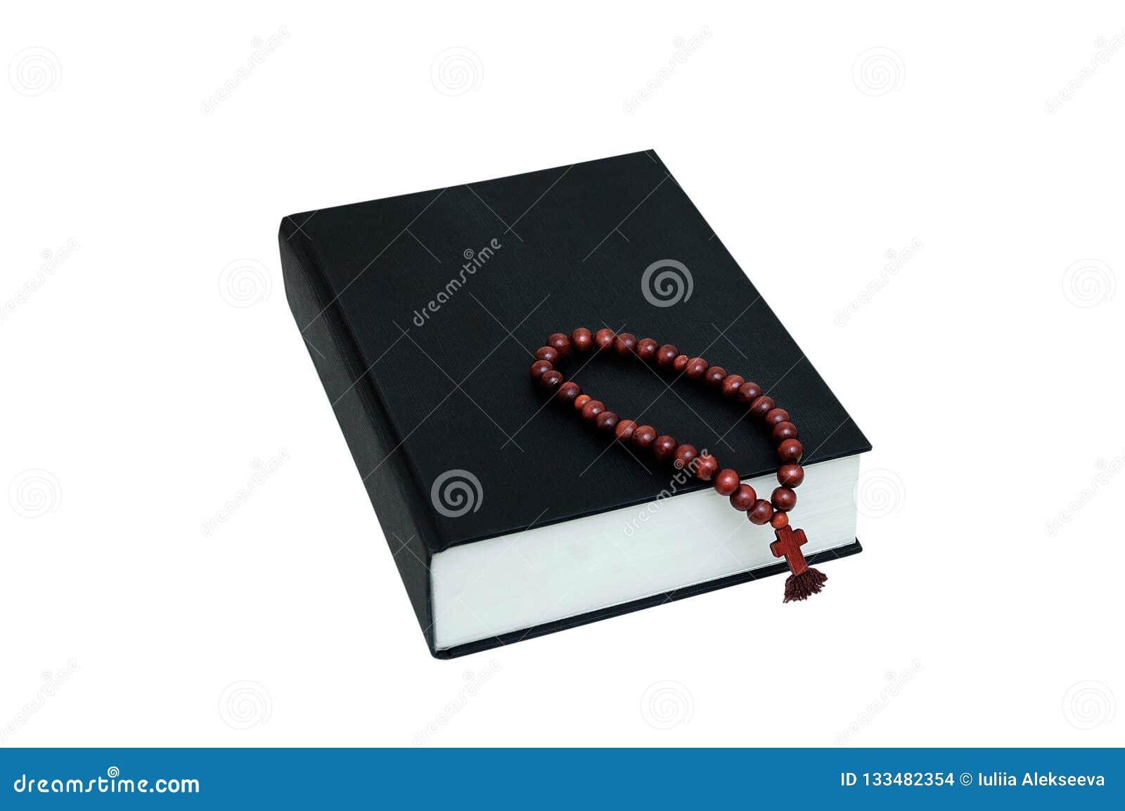 Библия черной книги и деревянный розарий с крестом