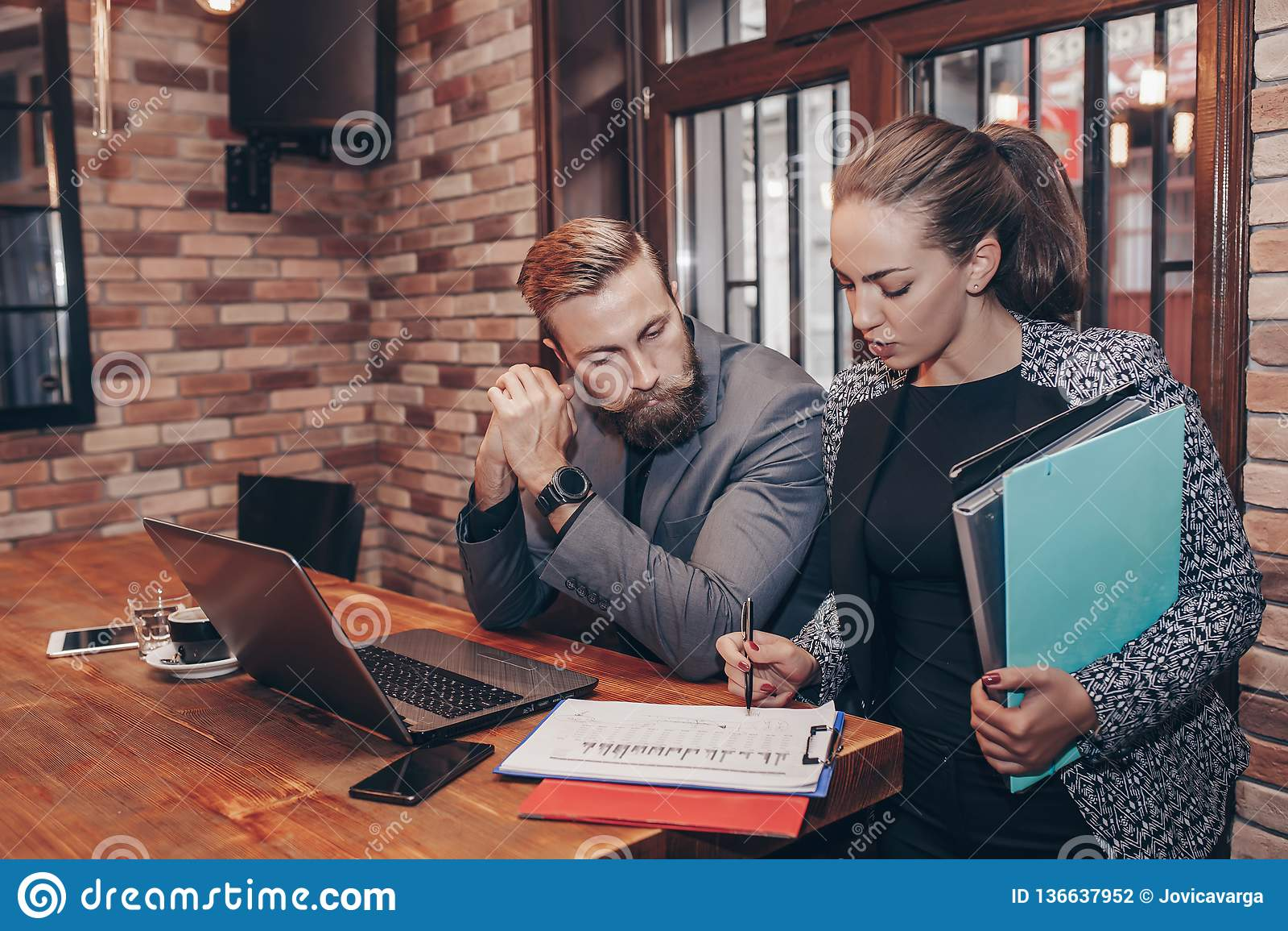 Бизнесмены анализируя диаграммы и отчеты