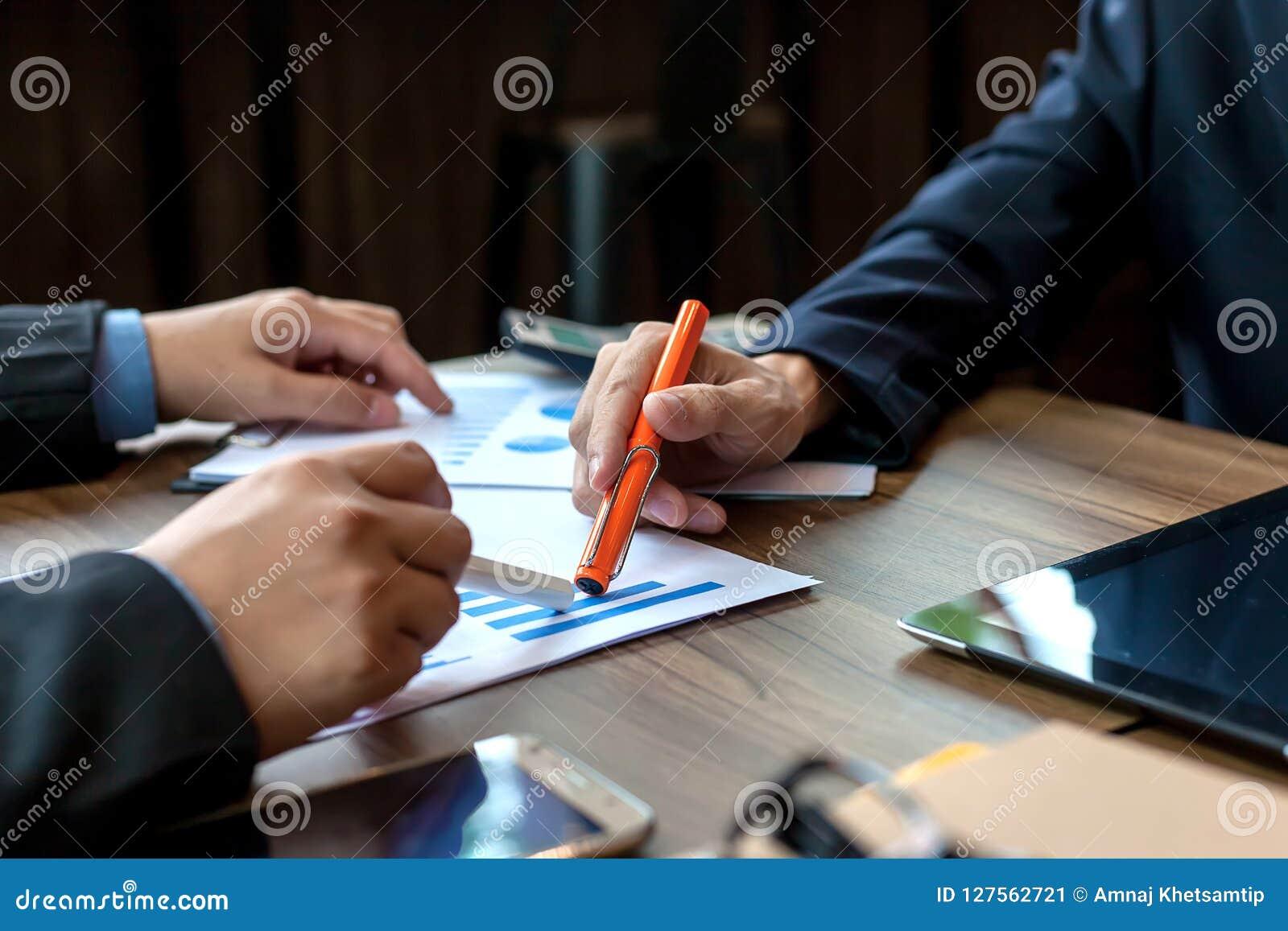 Бизнесмены встречая время