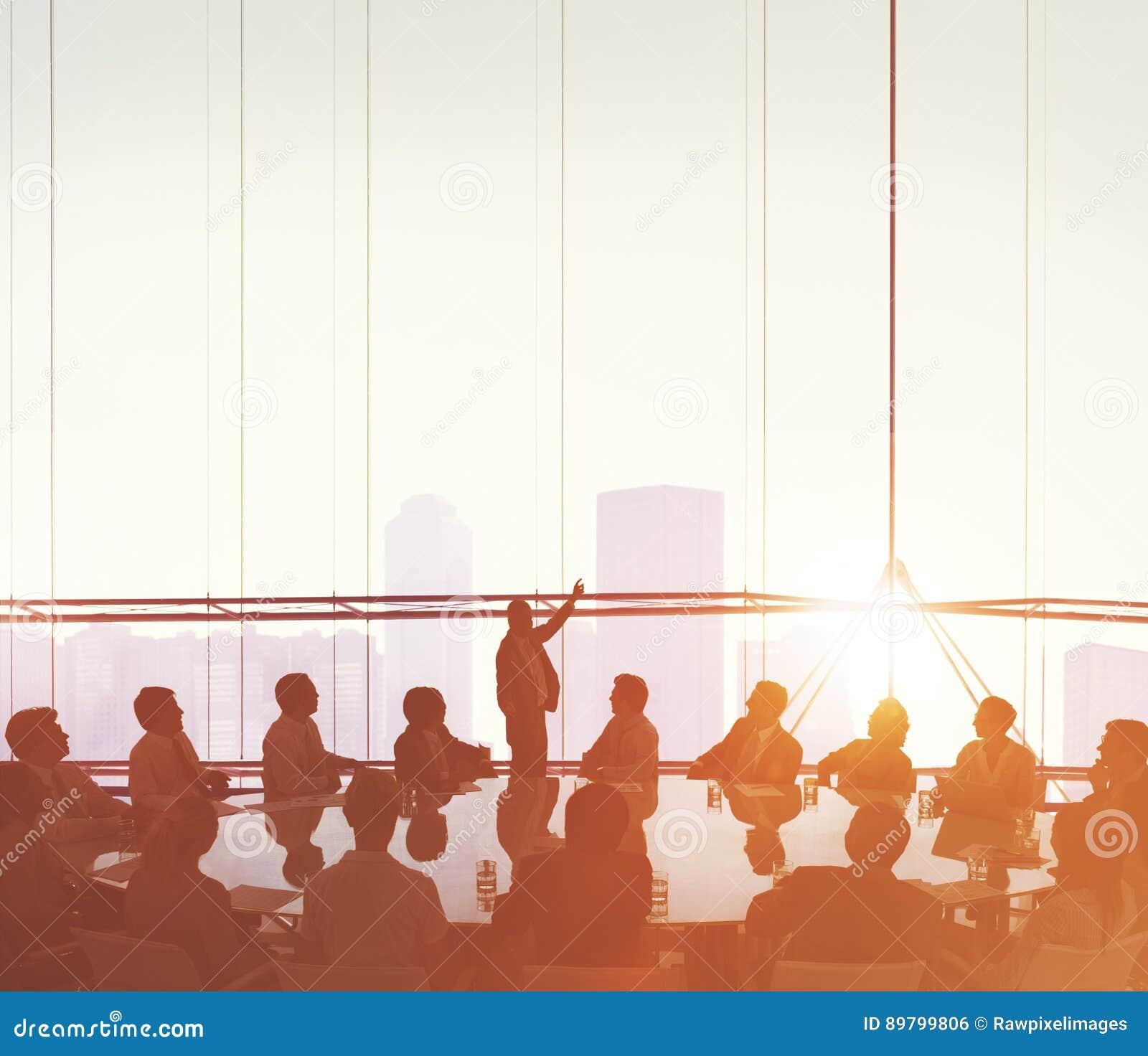 Бизнесмены встречая концепцию представления спикера конференции