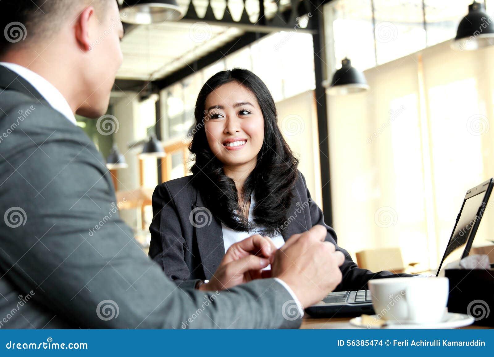 2 бизнесмены встречая на кафе во время периода отдыха