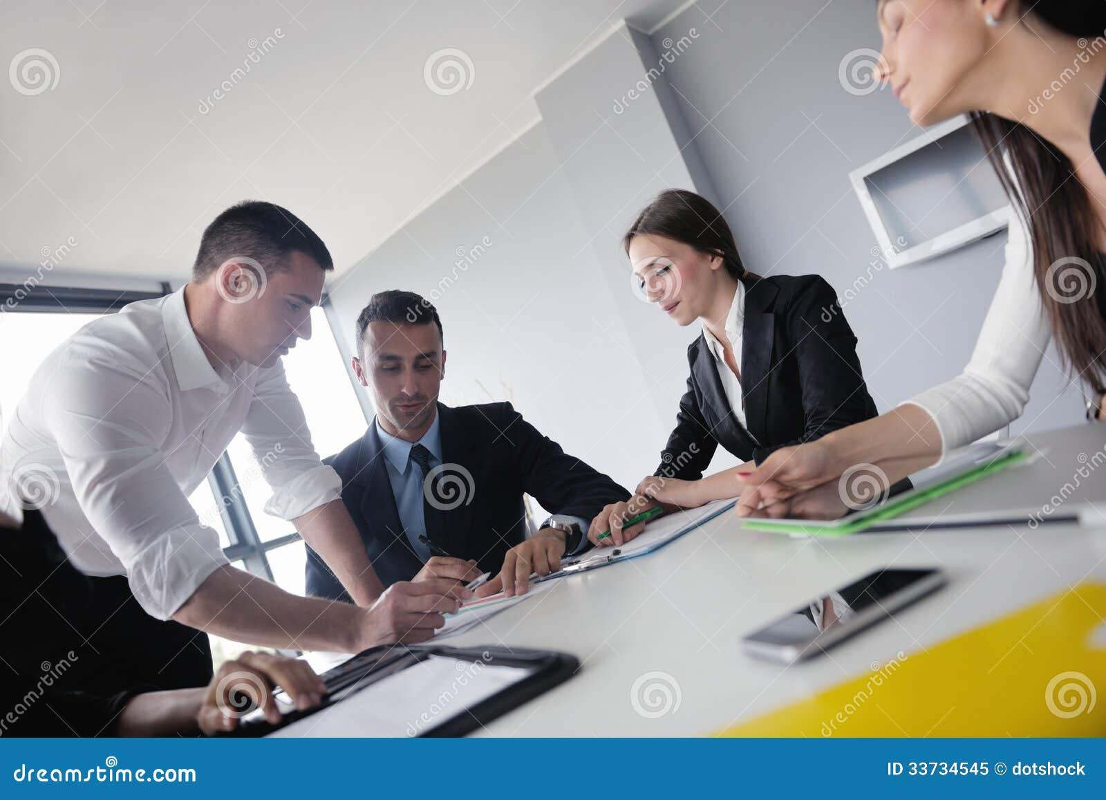 Бизнесмены в встрече на офисе