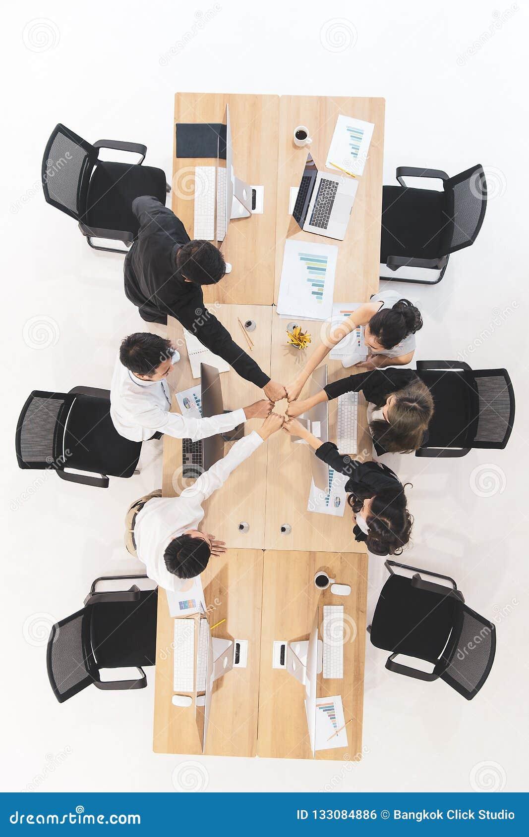 Бизнесмены в команде дают доверие другим