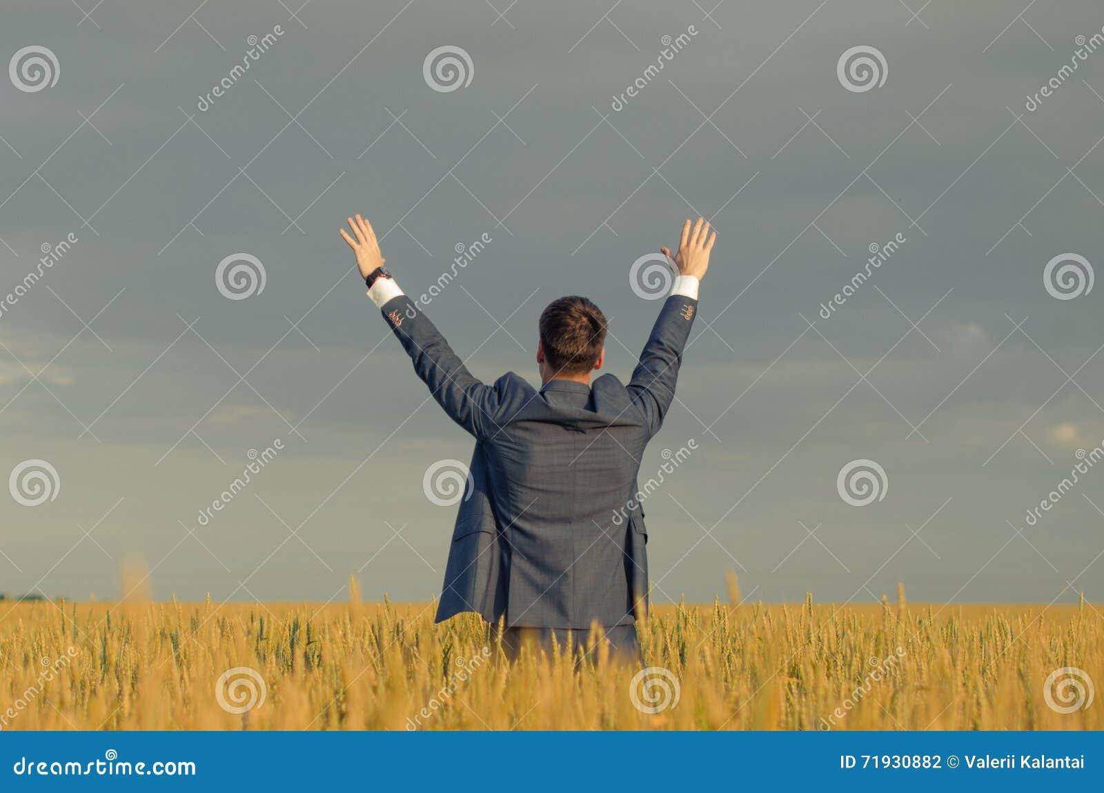 Бизнесмены в пшеничном поле