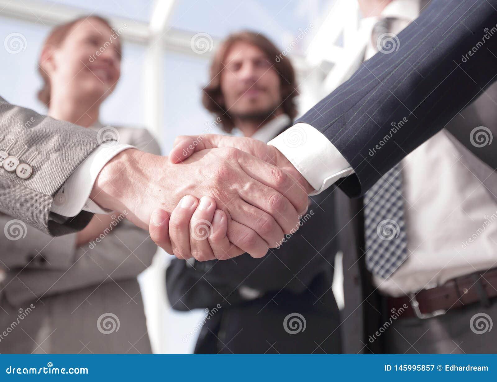 Бизнесмены добро пожаловать и рукопожатия