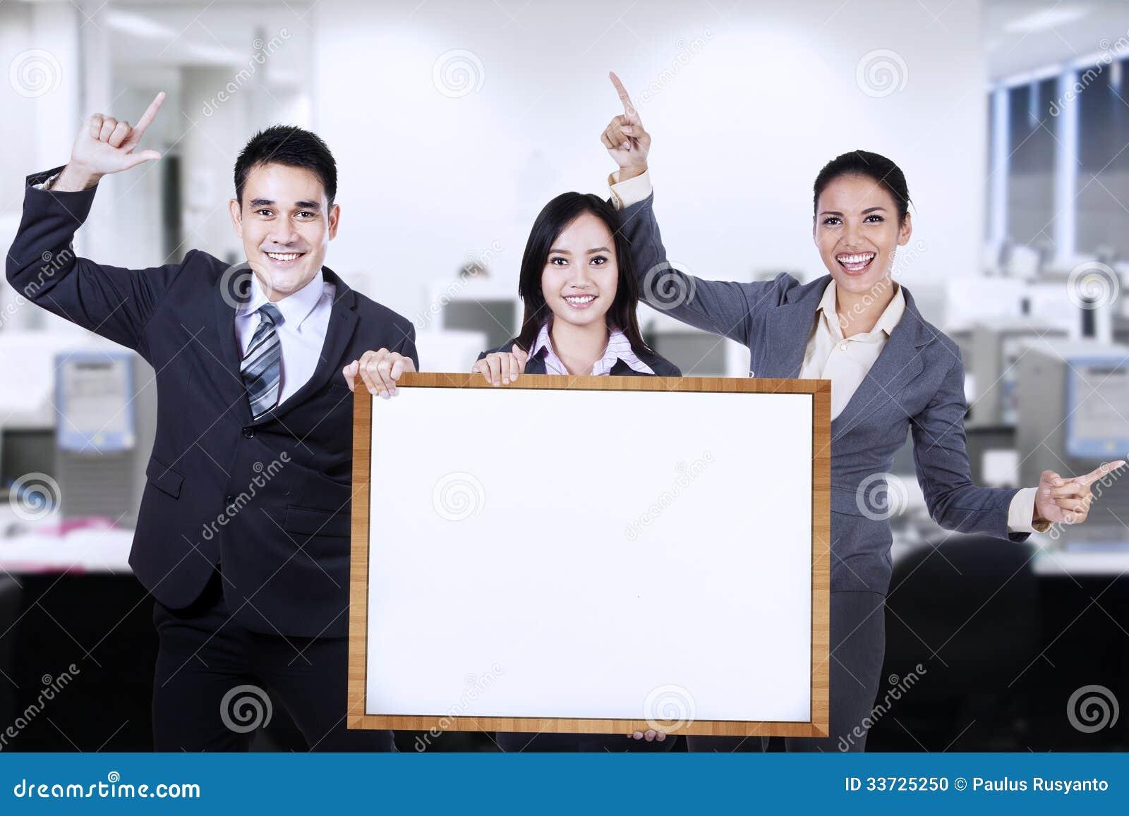 Бизнесмены держа пустую доску
