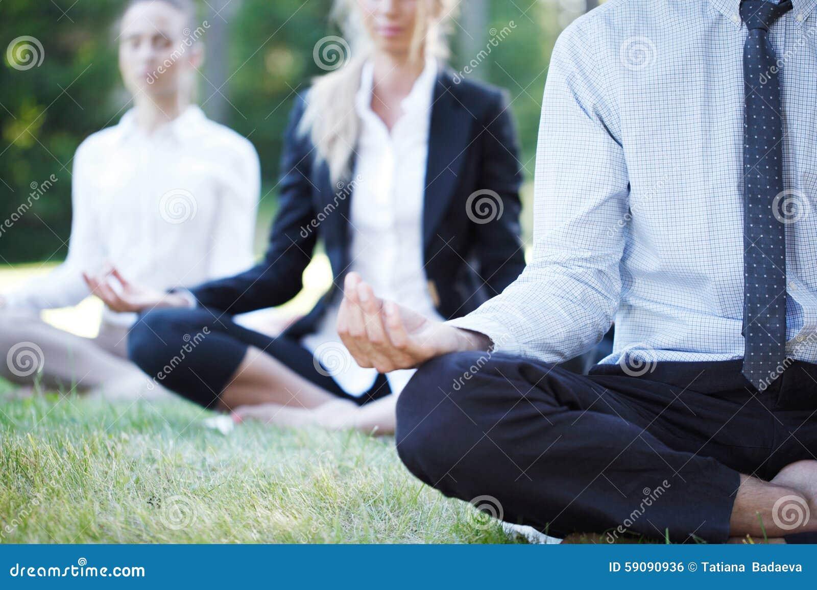Бизнесмены делая йогу