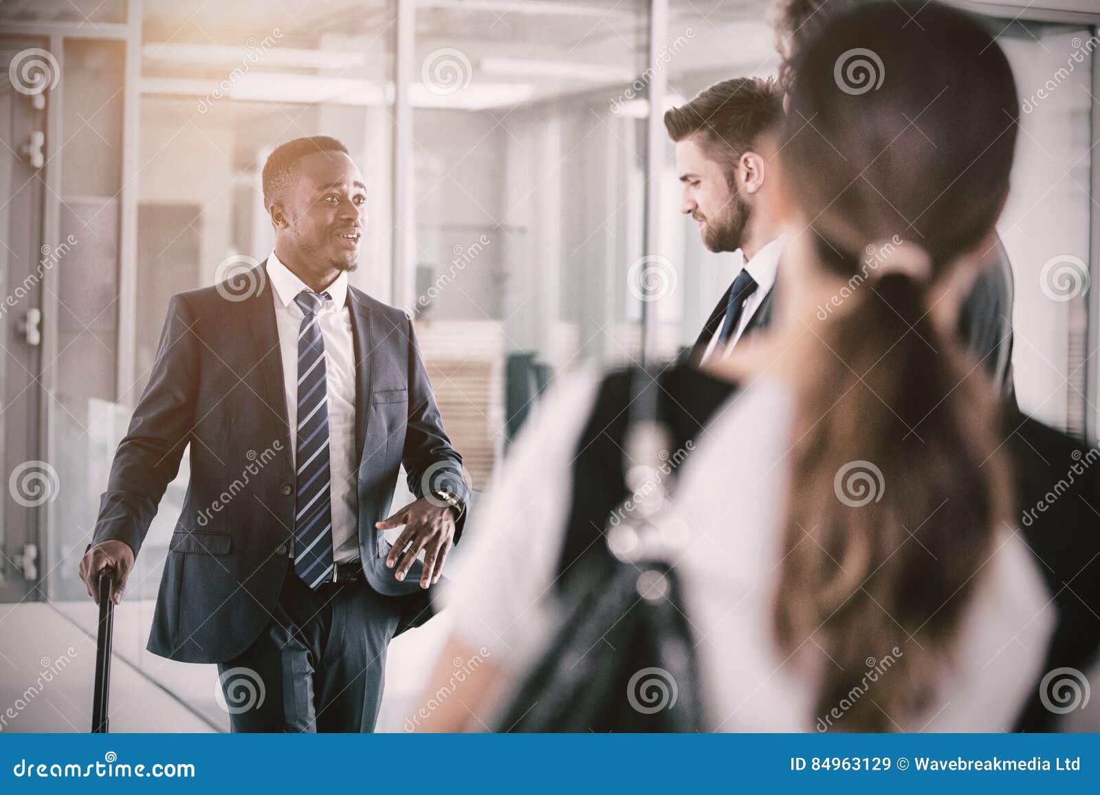 Бизнесмены имея переговор пока стоящ
