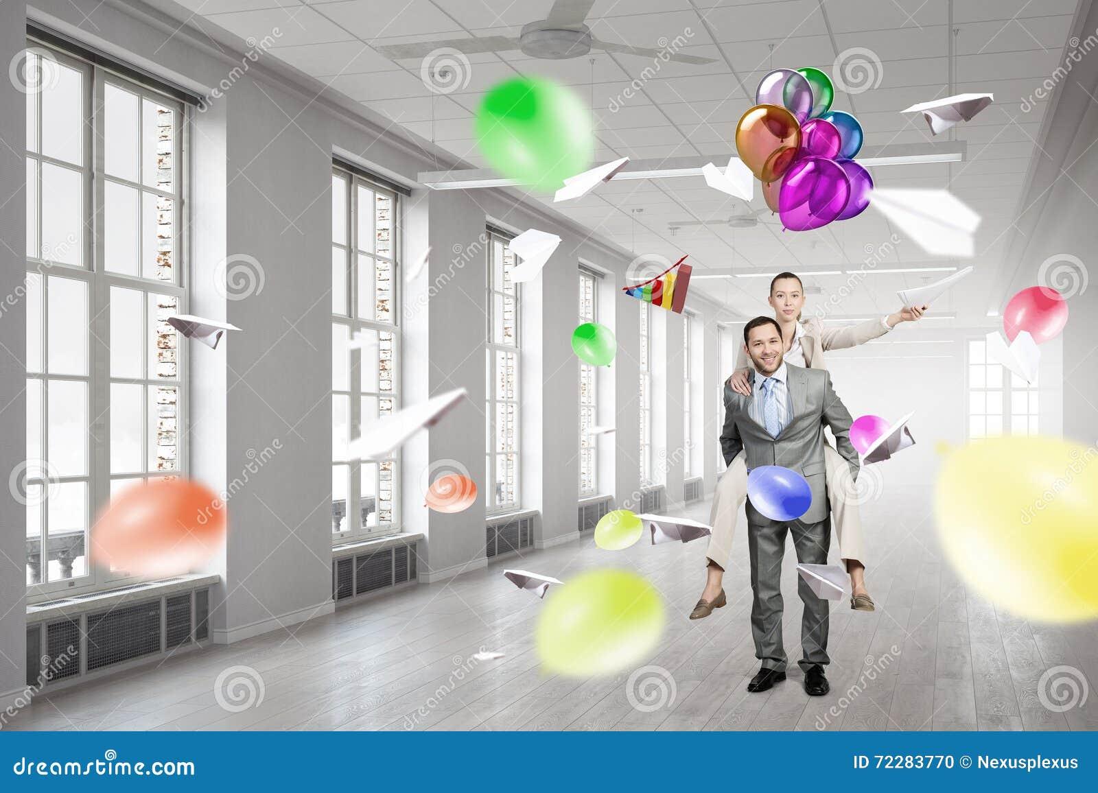 Download Бизнесмены имея пролом в офисе Стоковое Фото - изображение насчитывающей офис, занятость: 72283770