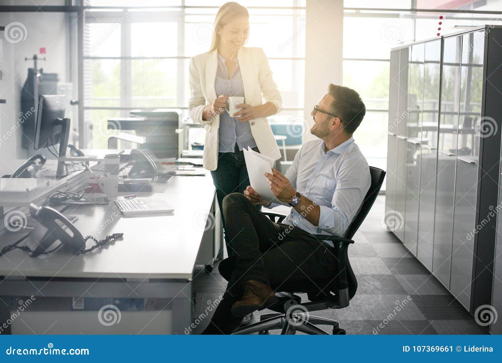 2 бизнесмены имея смешной переговор