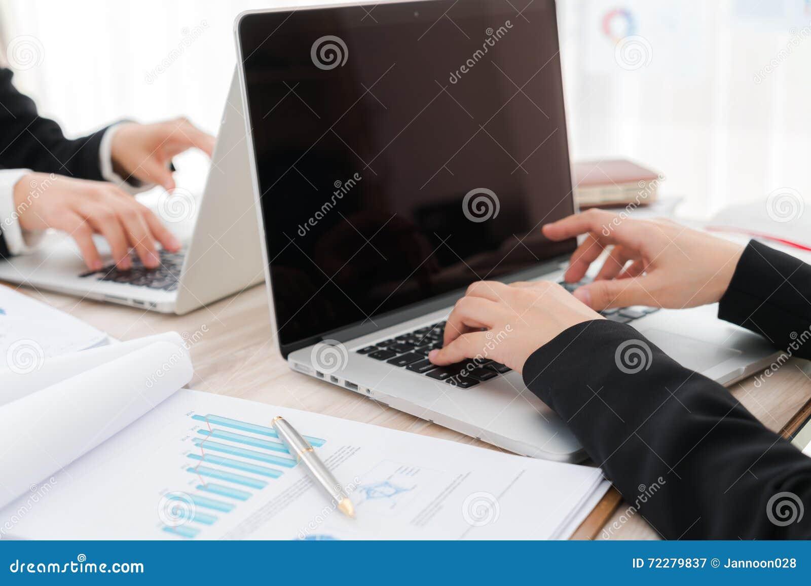 Download Бизнесмены используя компьтер-книжку и финансовые диаграммы на встречать O Стоковое Изображение - изображение насчитывающей самомоднейше, adulteration: 72279837