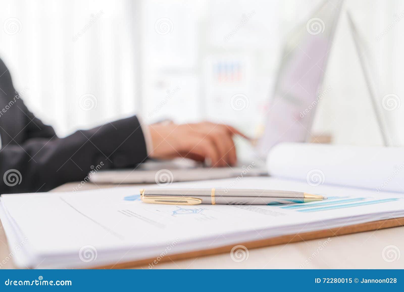 Download Бизнесмены используя компьтер-книжку и финансовые диаграммы на встречать O Стоковое Изображение - изображение насчитывающей предприниматели, преподавательство: 72280015