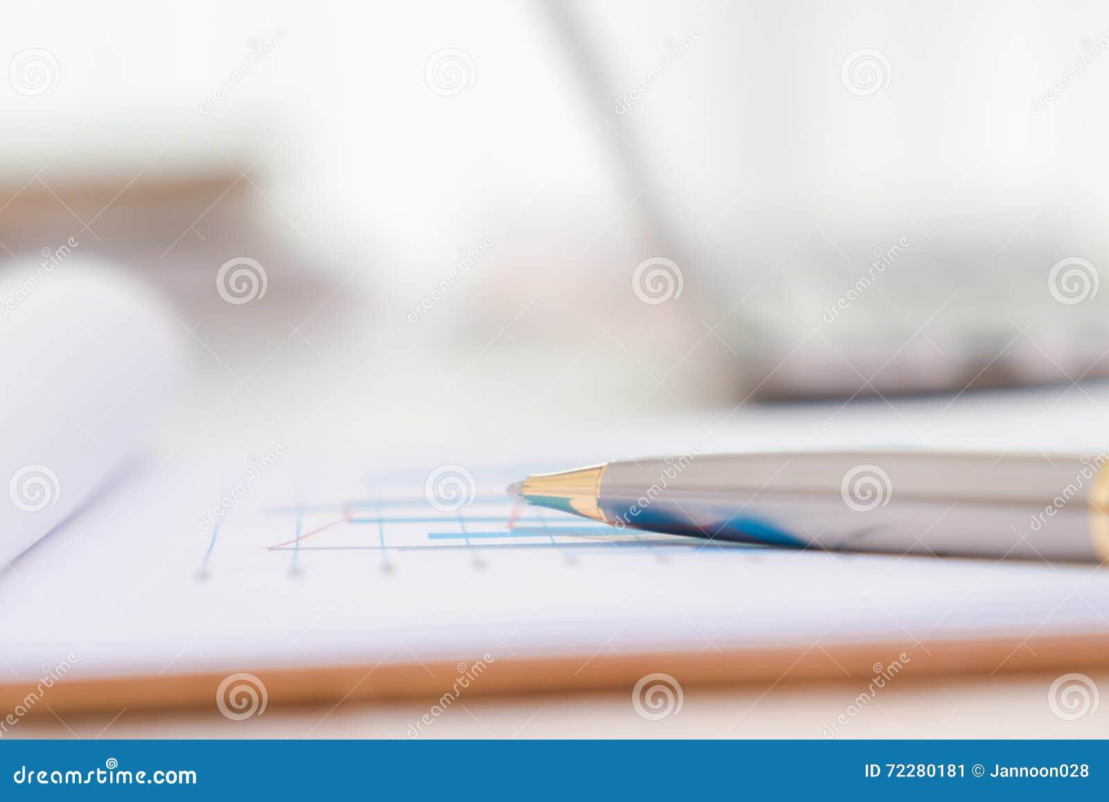 Download Бизнесмены используя компьтер-книжку и финансовые диаграммы на встречать O Стоковое Изображение - изображение насчитывающей усмехаться, усаживание: 72280181