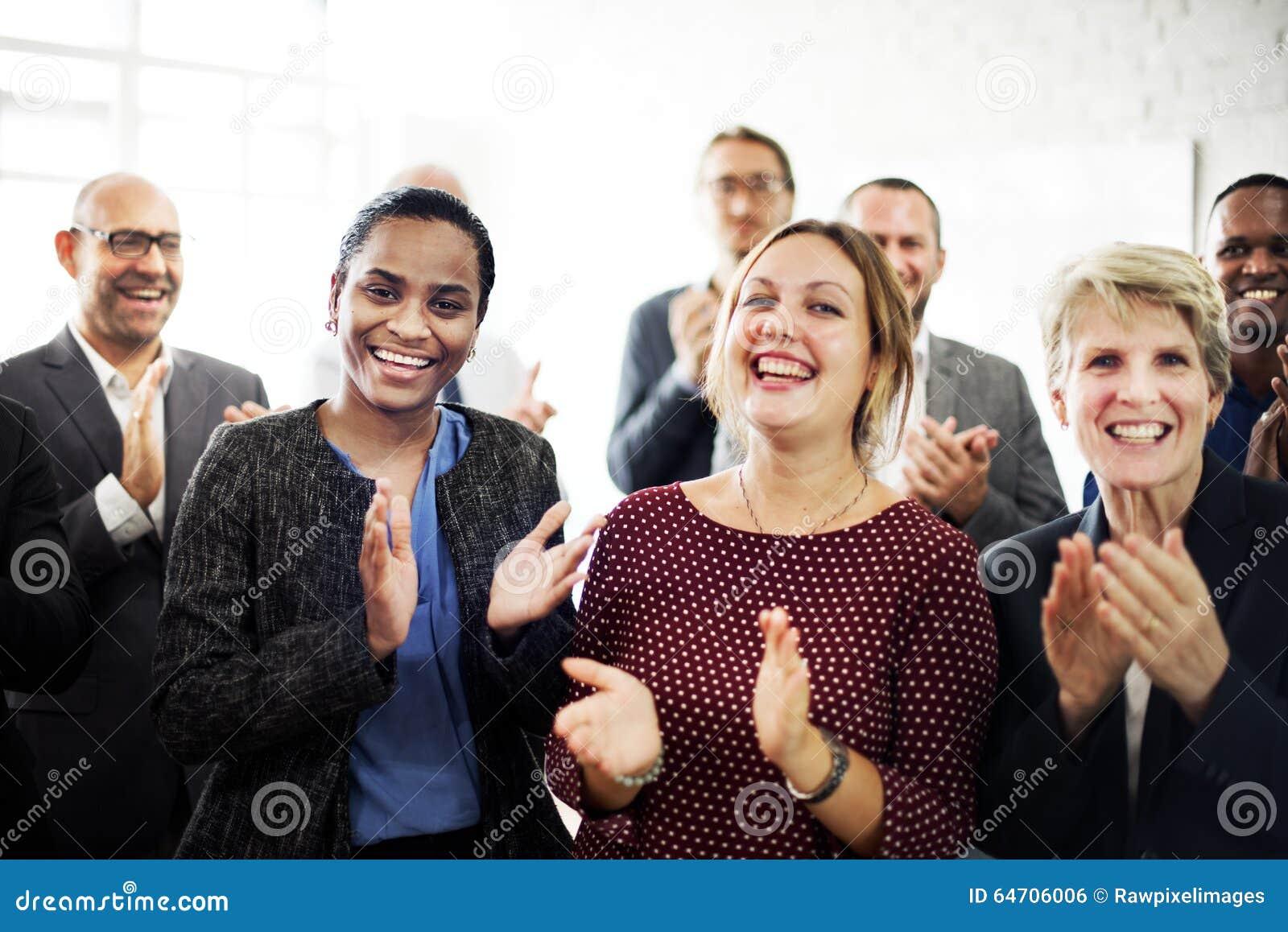 Бизнесмены концепции достижения команды аплодируя