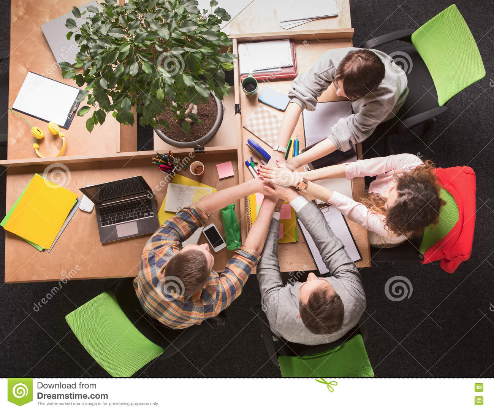 Download Бизнесмены показывая сыгранность в офисе Стоковое Фото - изображение насчитывающей соучастники, профессионалы: 72282622