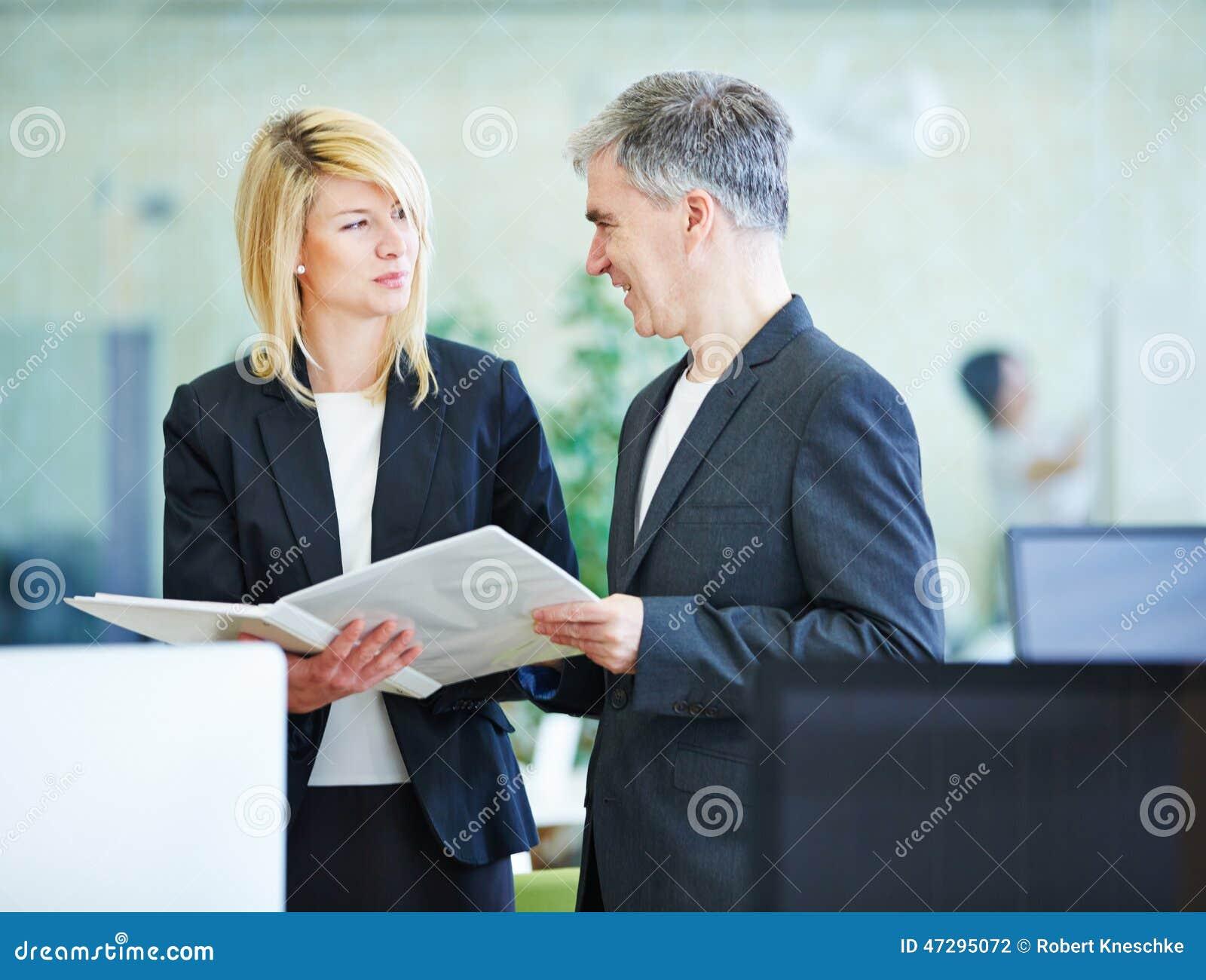 Бизнесмены планируя в offce