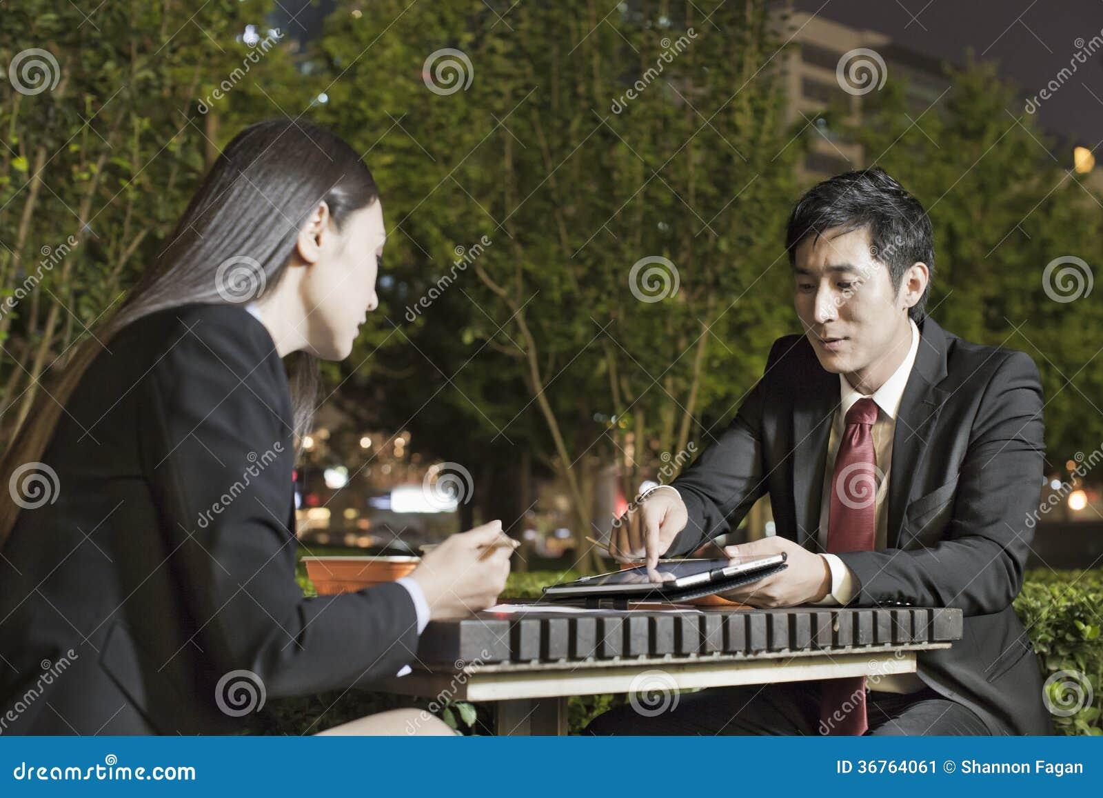 Бизнесмены работая пока имеющ обедающий