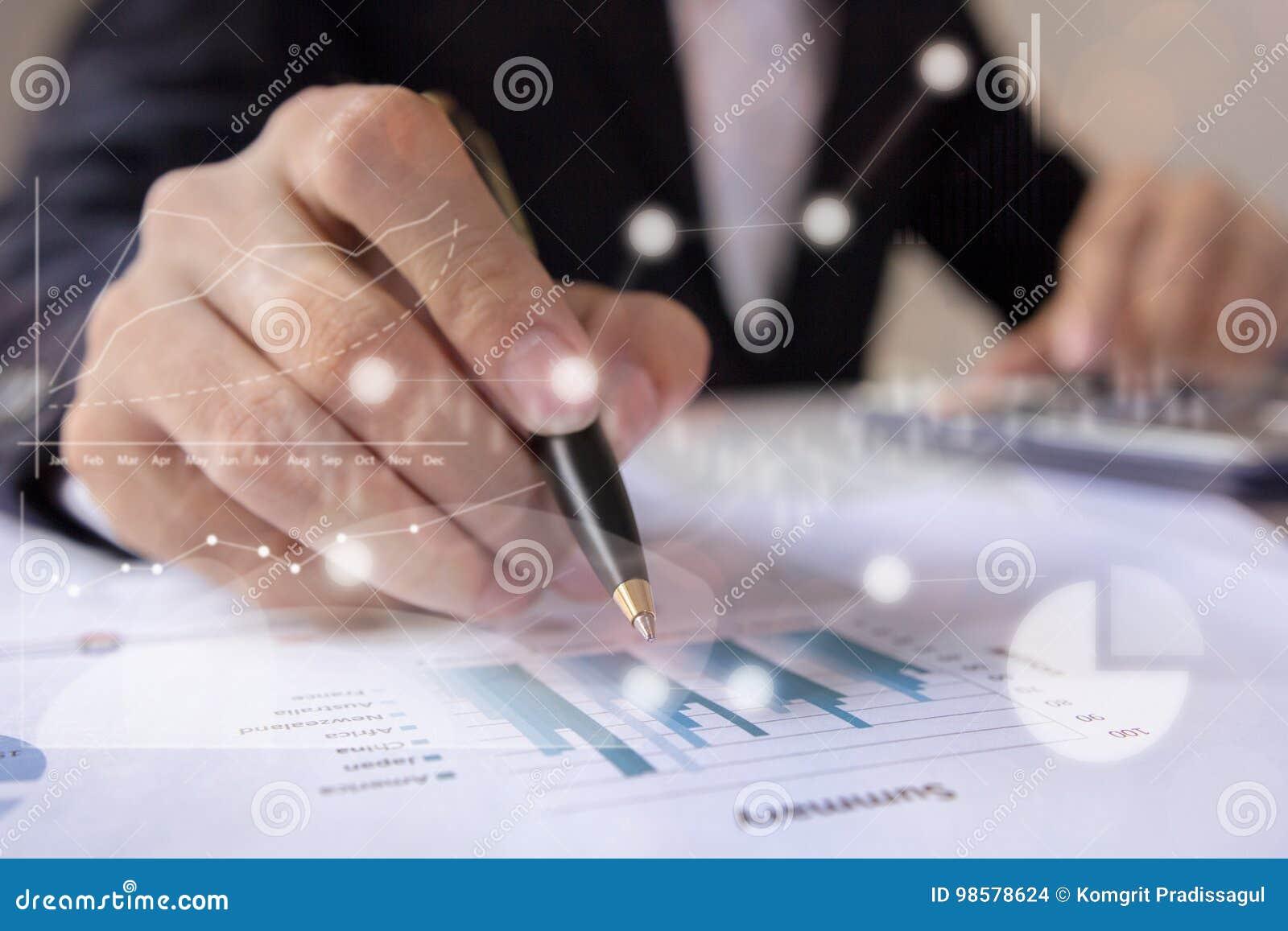 Бизнесмены работая с данными по диаграммы на офисе, менеджеры финансов задают работу, дело концепции и финансовые инвестиции