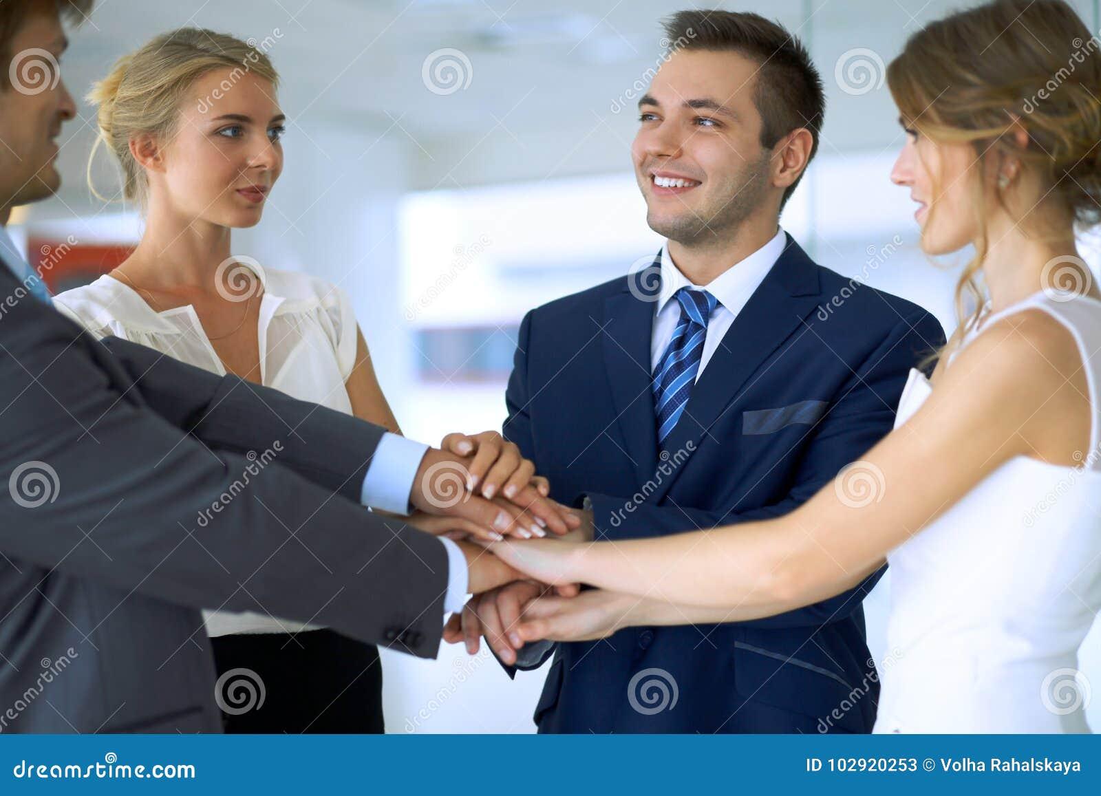 Бизнесмены собирают соединяя руки