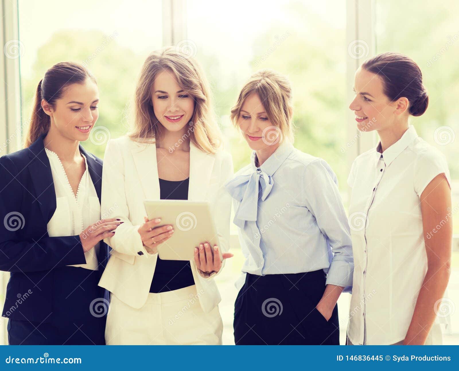 Бизнесмены с компьютером ПК планшета на офисе