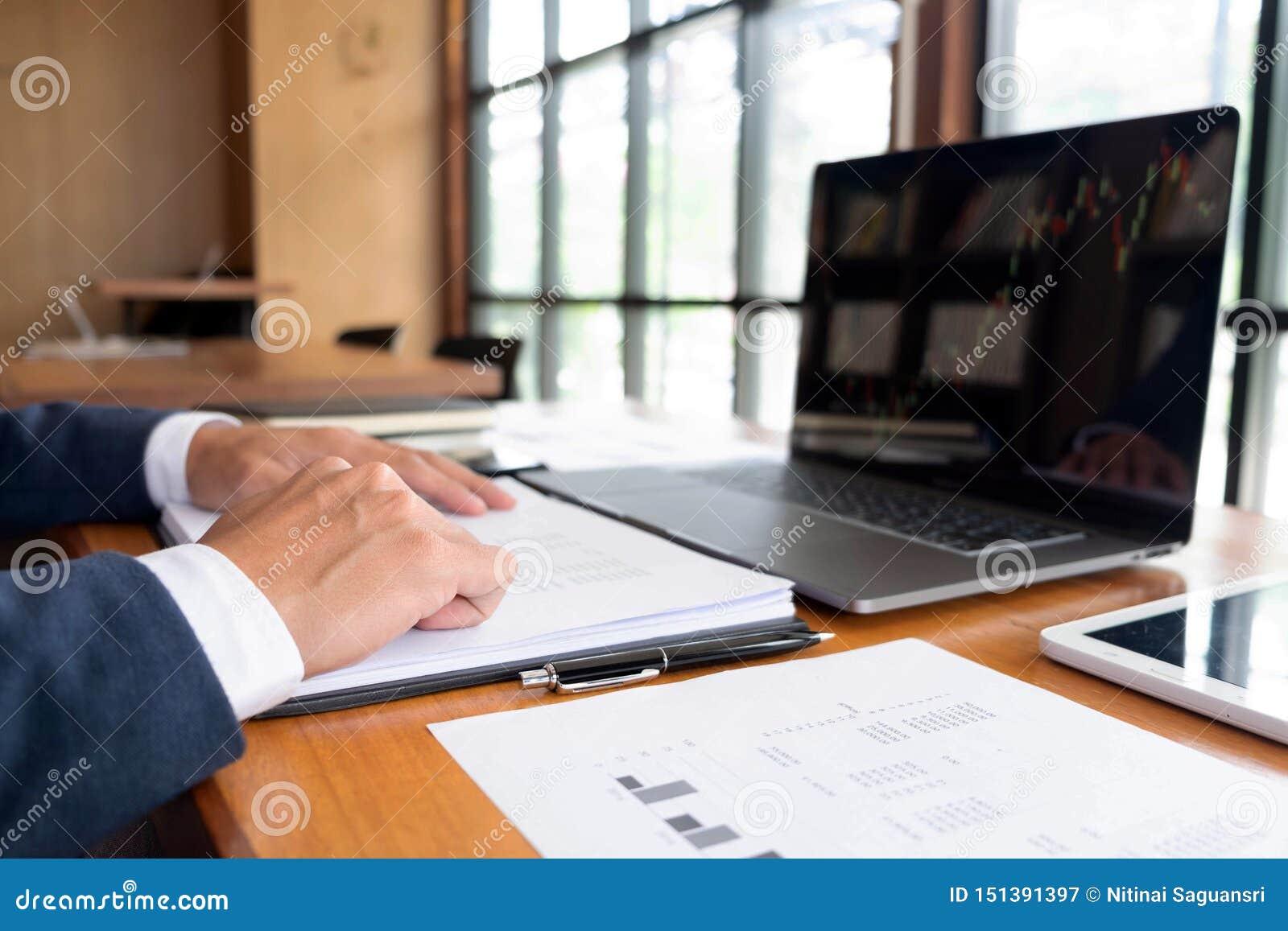Бизнесмены, финансы, учитывая работа, чековые счеты, используя калькуляторы и данные по обнаружения