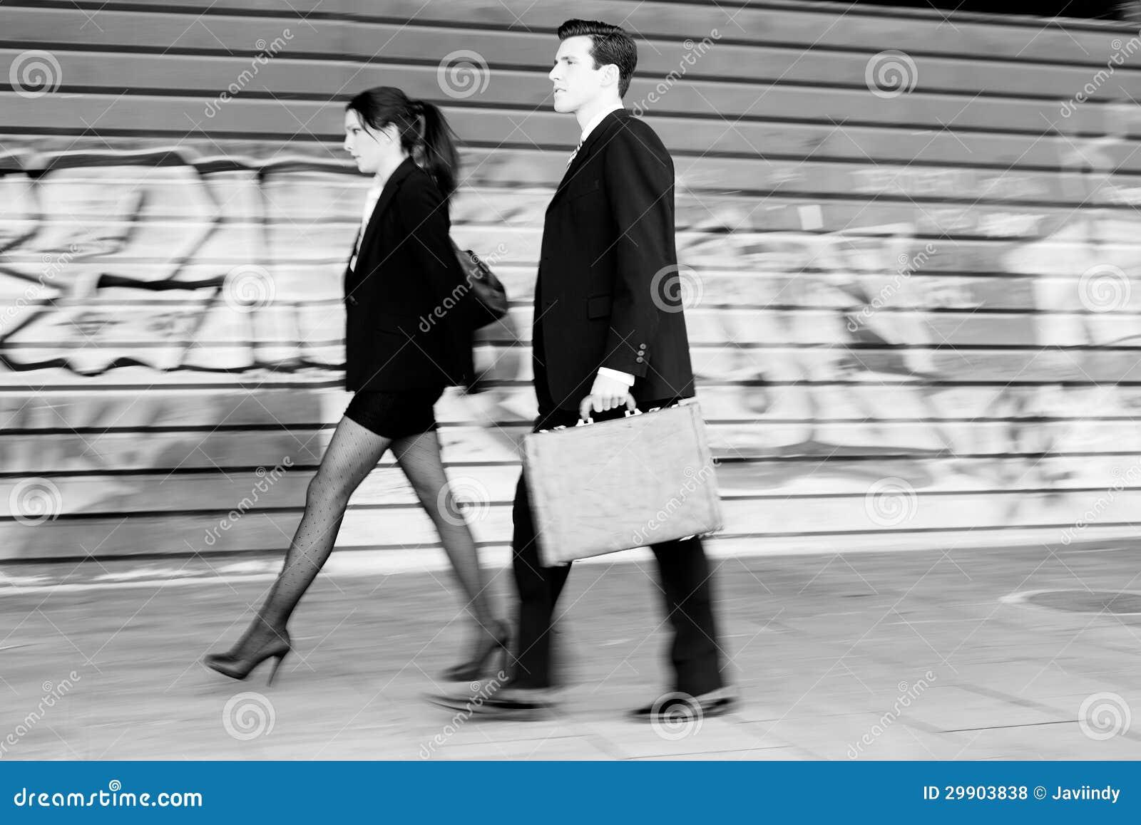 Бизнесмены гуляя в улицу. Деятельность пар