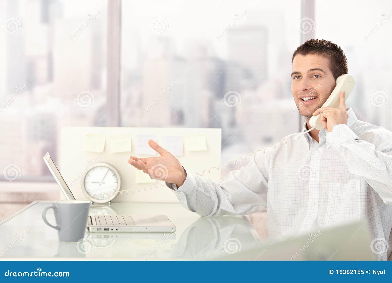 бизнесмен беседуя красивый телефон
