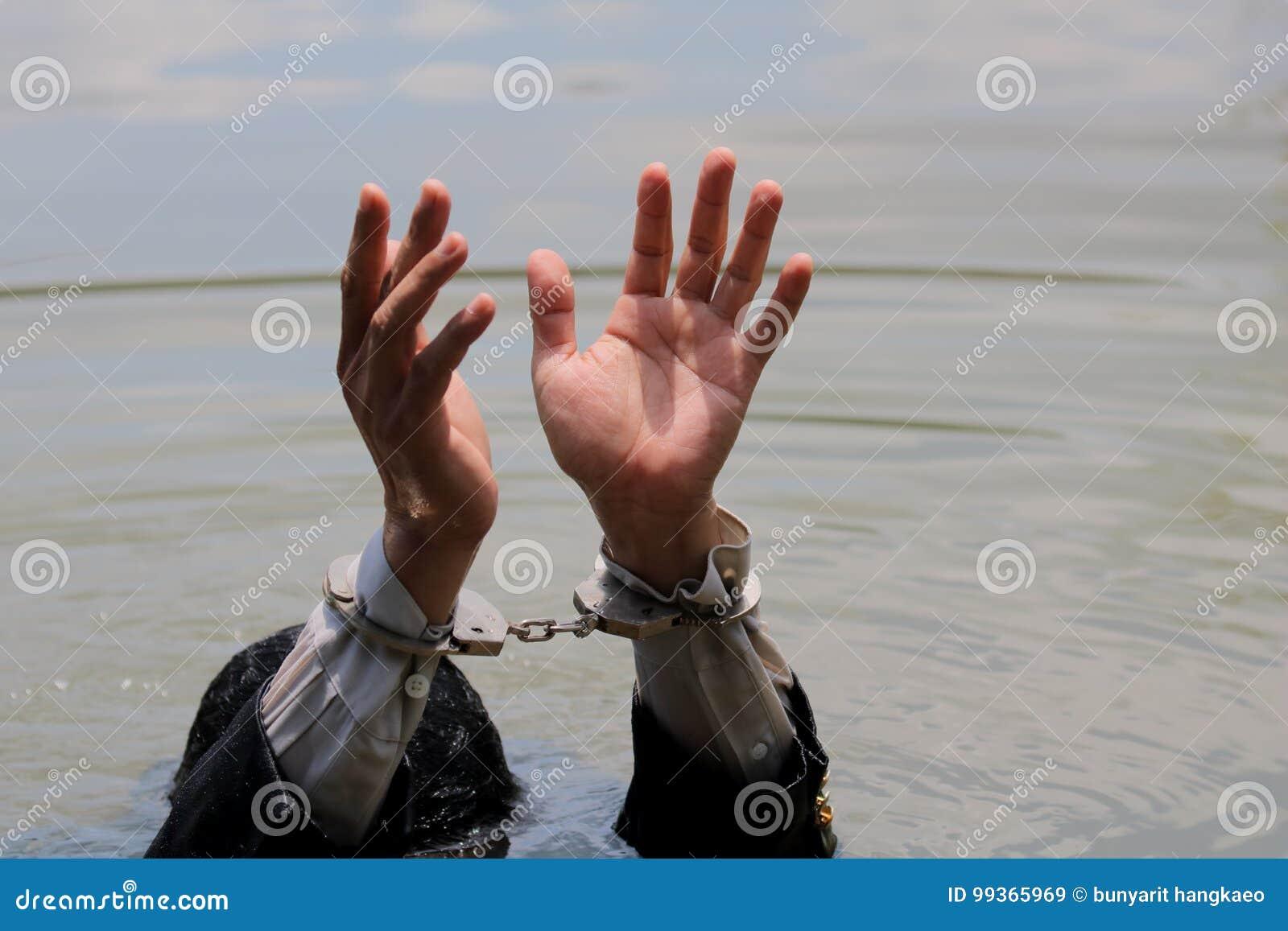 Бизнесмен был арестован наручниками и тонуть