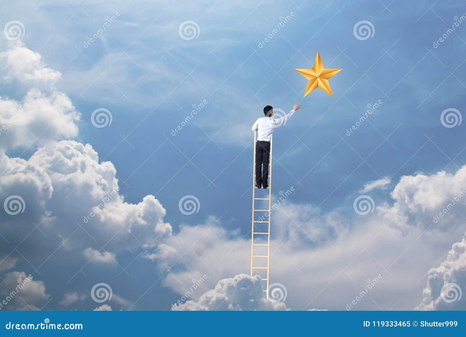 Бизнесмен взбирается вверх на лестнице для достижения концепции звезды, успешных и выигрыша