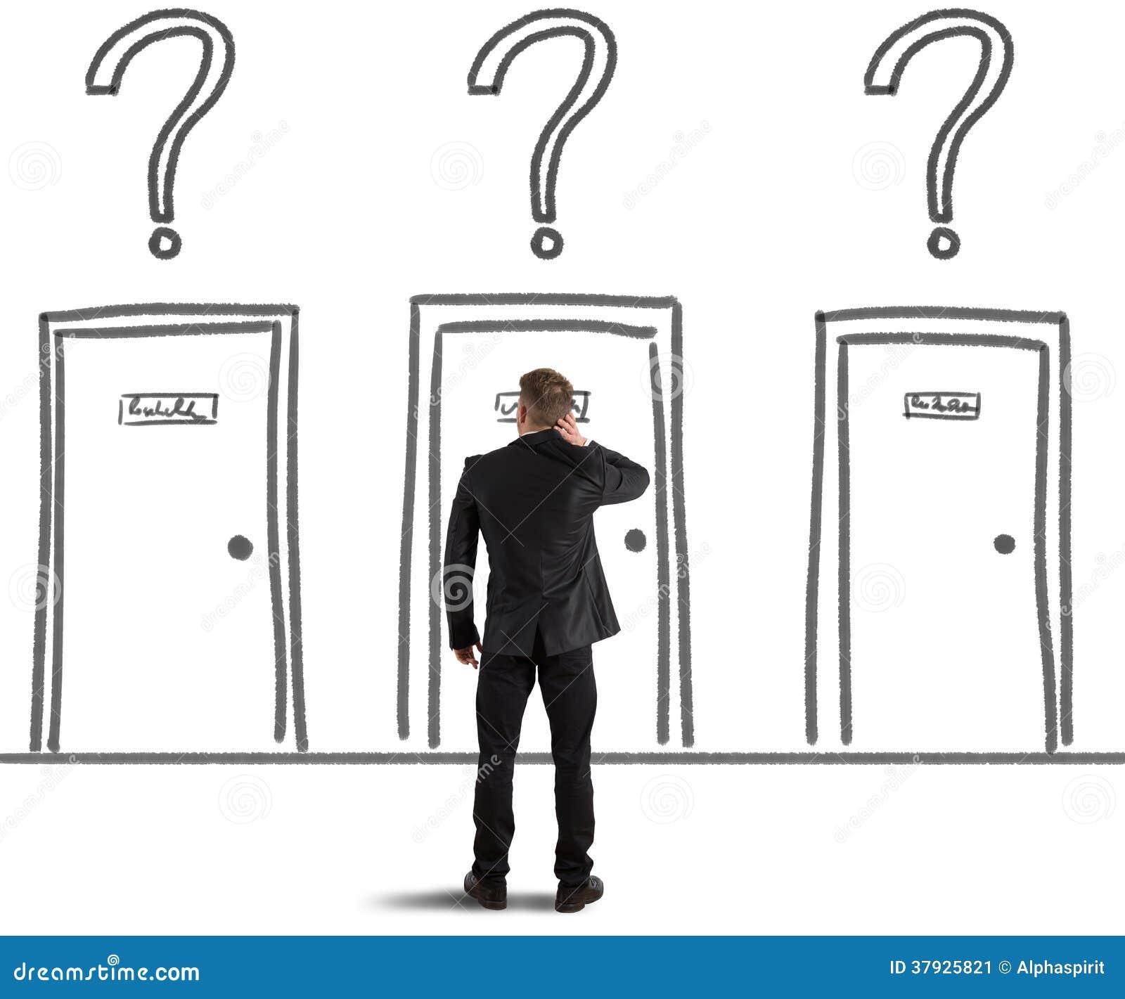 Бизнесмен выбирая правую дверь