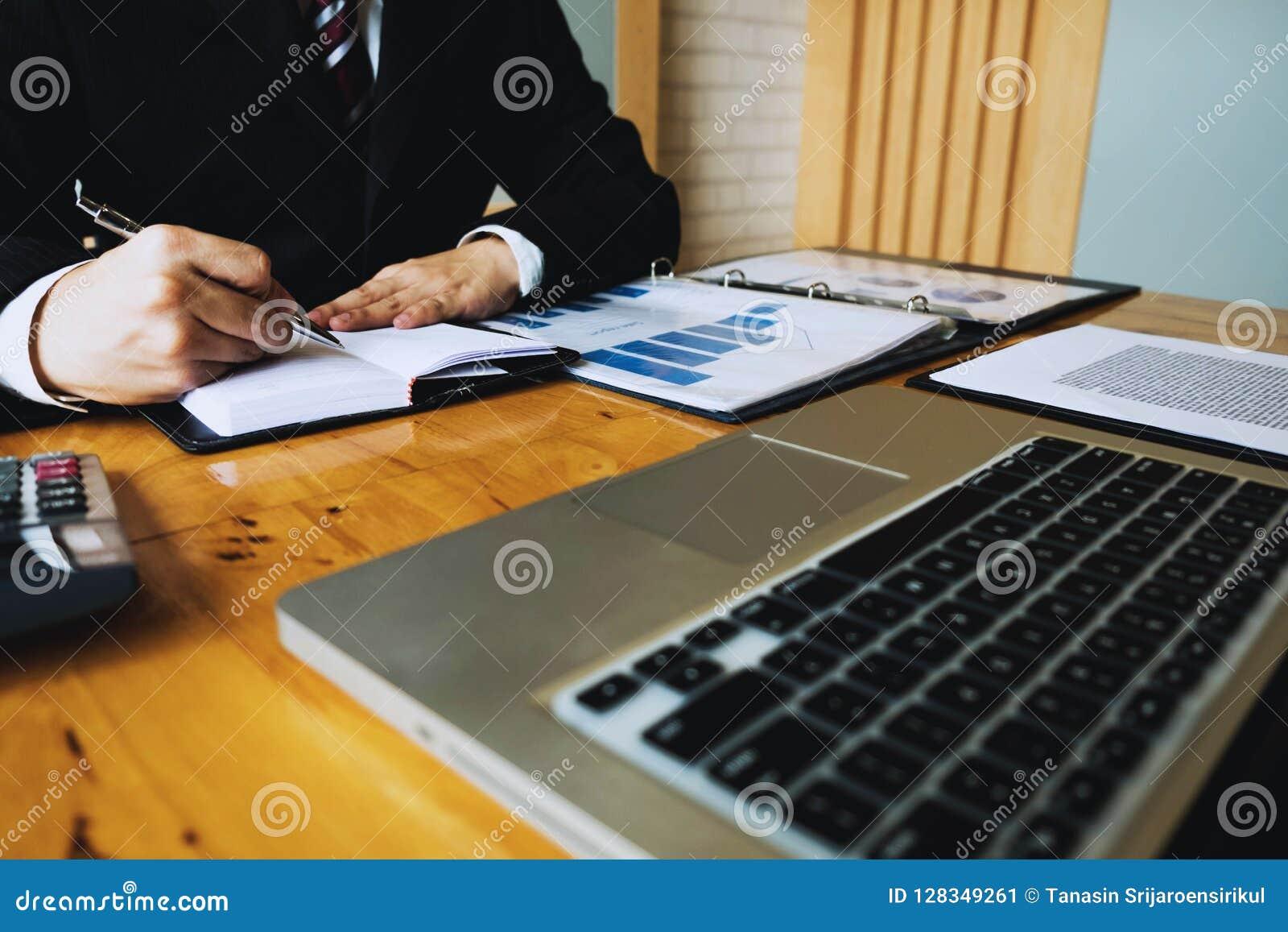 Бизнесмен высчитывает финансовые данные анализируя подсчитывать Бизнес
