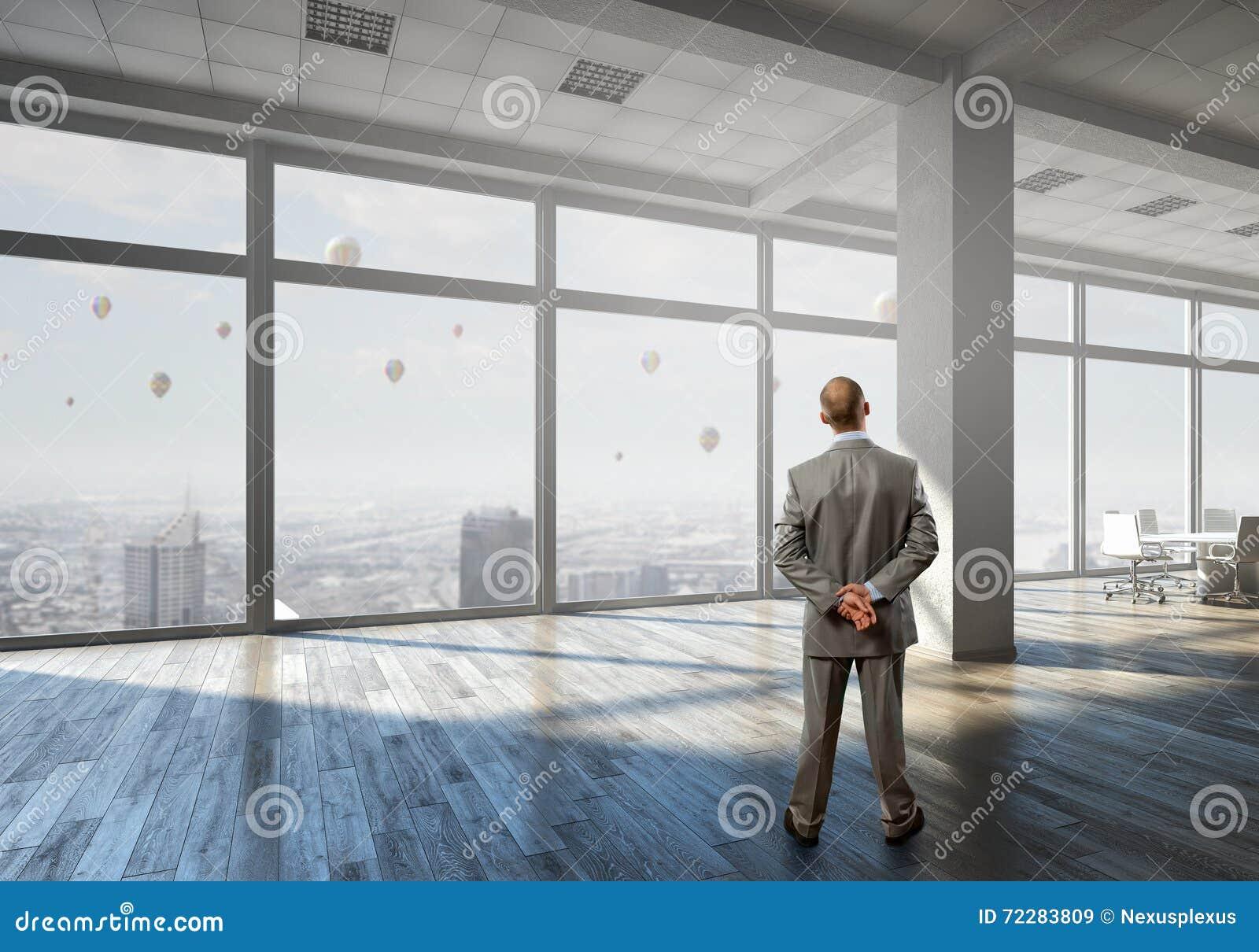 Download Бизнесмен в интерьере офиса Стоковое Изображение - изображение насчитывающей костюм, заботливо: 72283809
