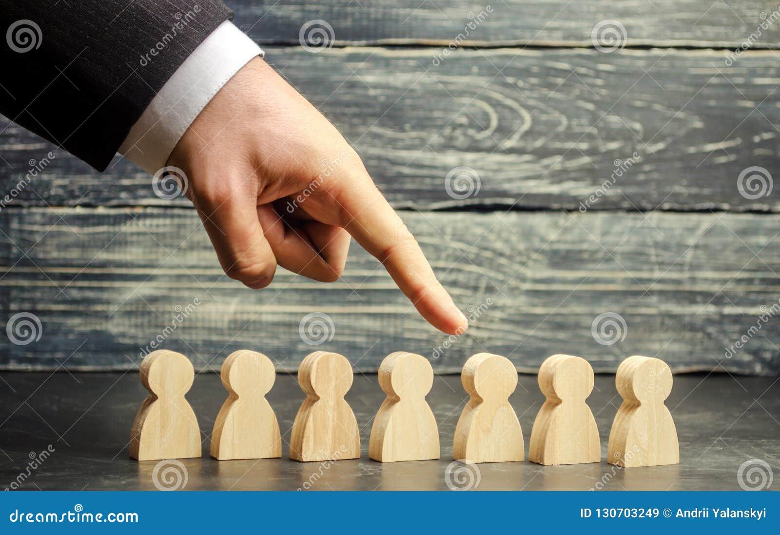 Бизнесмен в поисках новых работников и специалистов Концепция выбора и управления персонала внутри команда увольте
