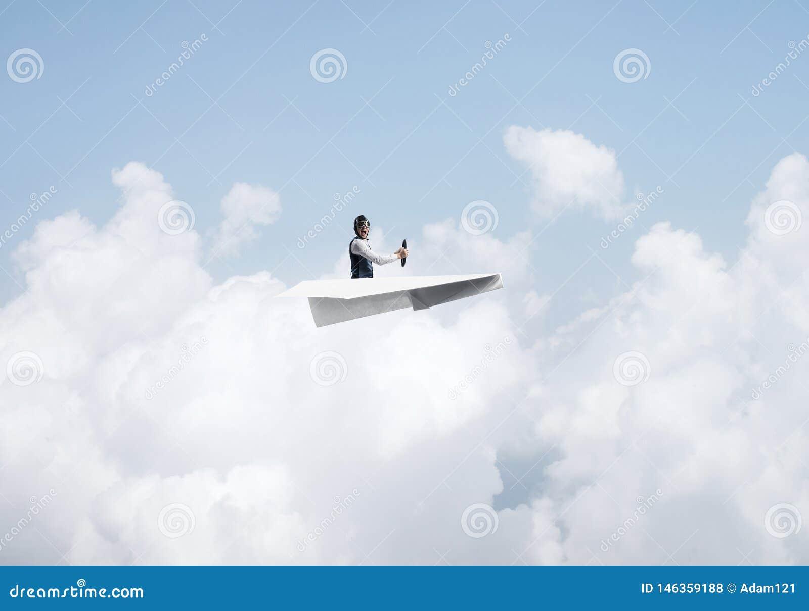 Бизнесмен в шляпе авиатора сидя в плоскости бумаги