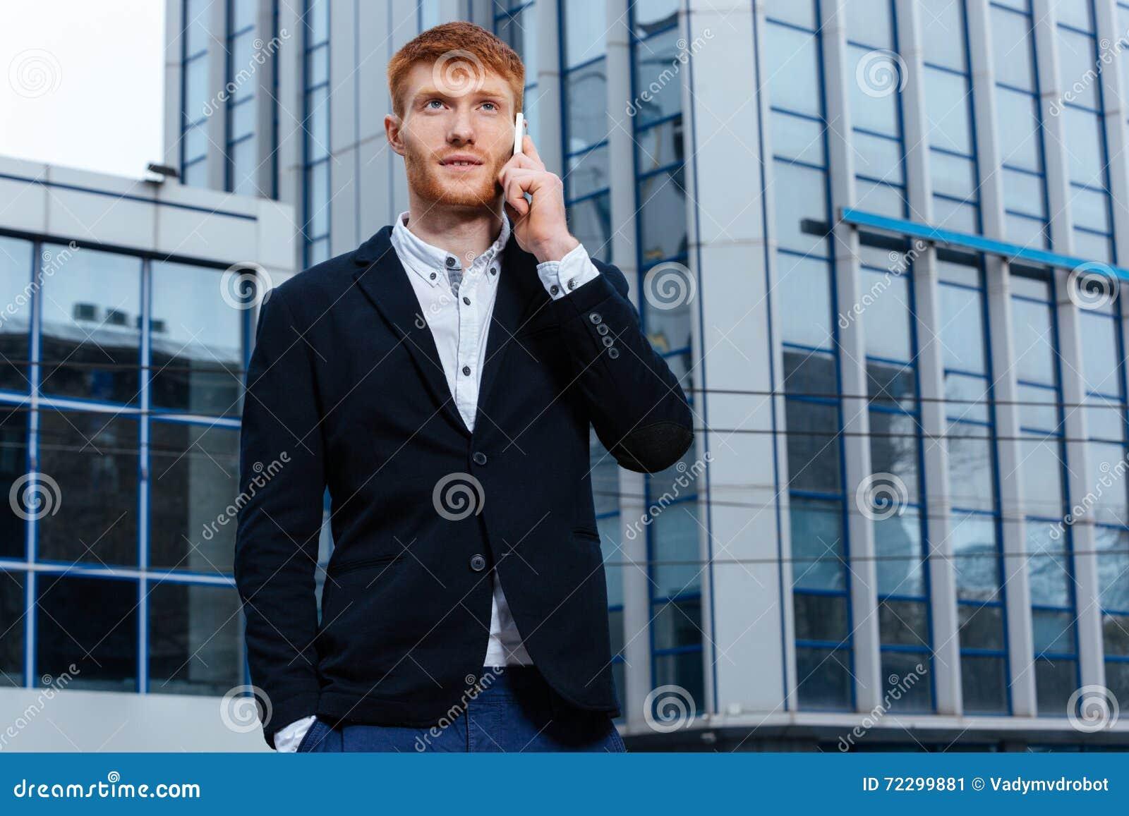 Download Бизнесмен говоря на телефоне Outdoors Стоковое Изображение - изображение насчитывающей дело, контакт: 72299881