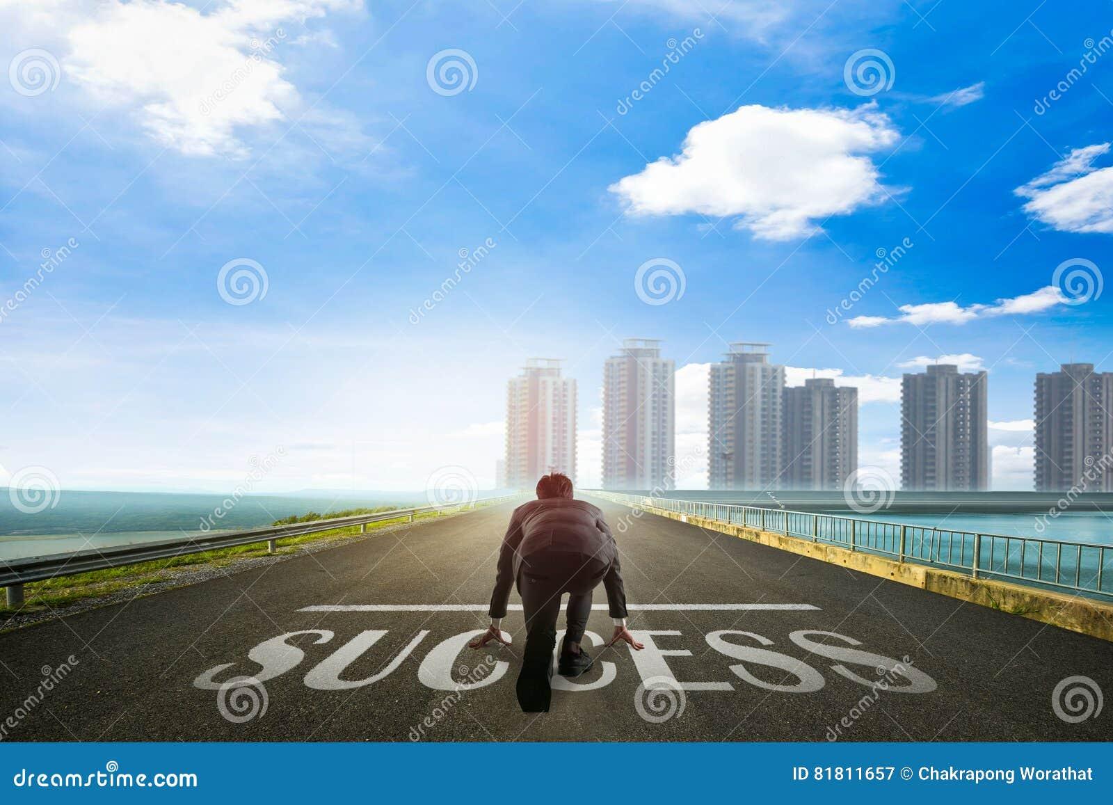 Бизнесмен готовый к УСПЕХУ к городу владение домашнего ключа принципиальной схемы дела золотистое достигая небо к