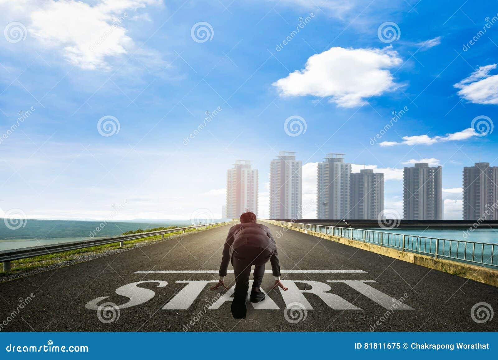 Бизнесмен готовый для того чтобы начать к городу владение домашнего ключа принципиальной схемы дела золотистое достигая небо к