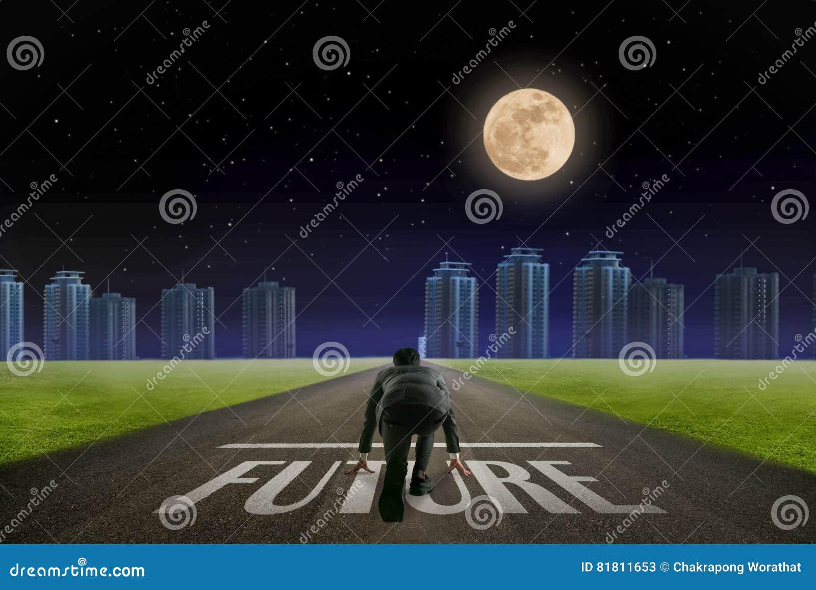 Бизнесмен готовый для того чтобы побежать будущая линия перед городом Ба ночи