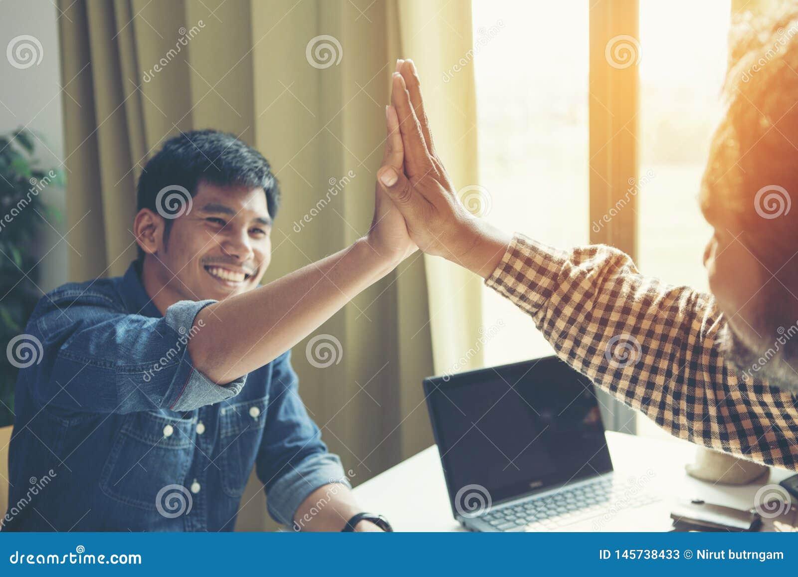 Бизнесмен давая высоко 5 его партнеру на встрече