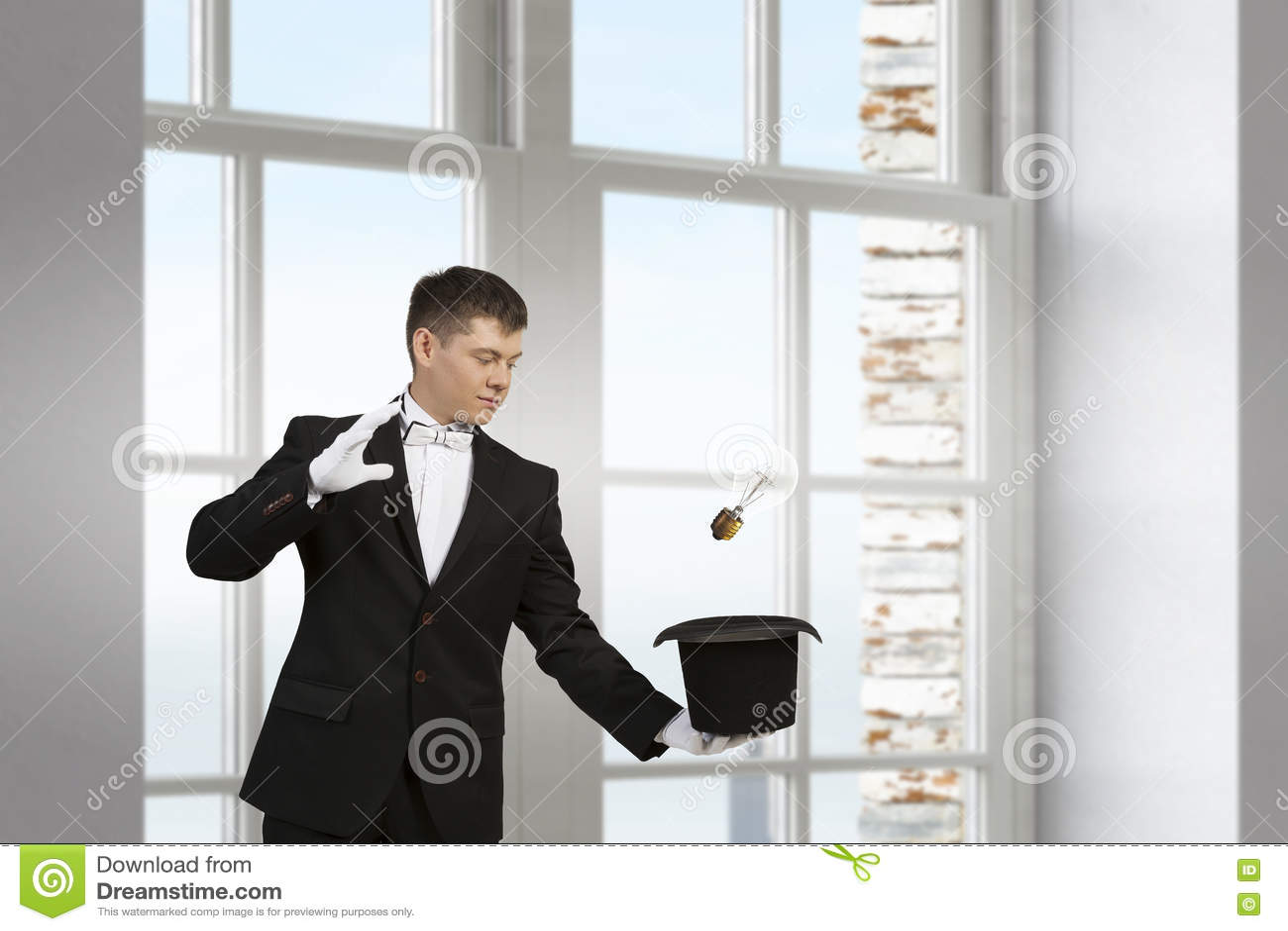 Бизнесмен демонстрируя волшебство Мультимедиа