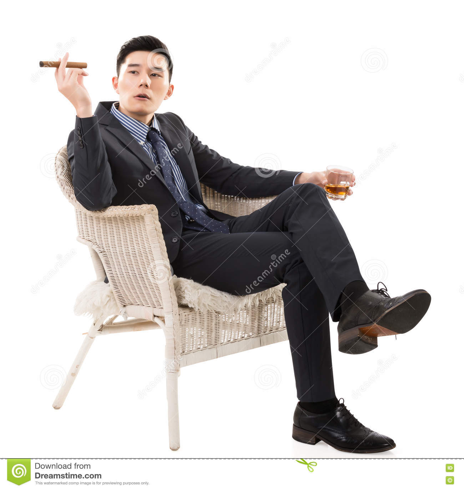 Бизнесмен держа сигару