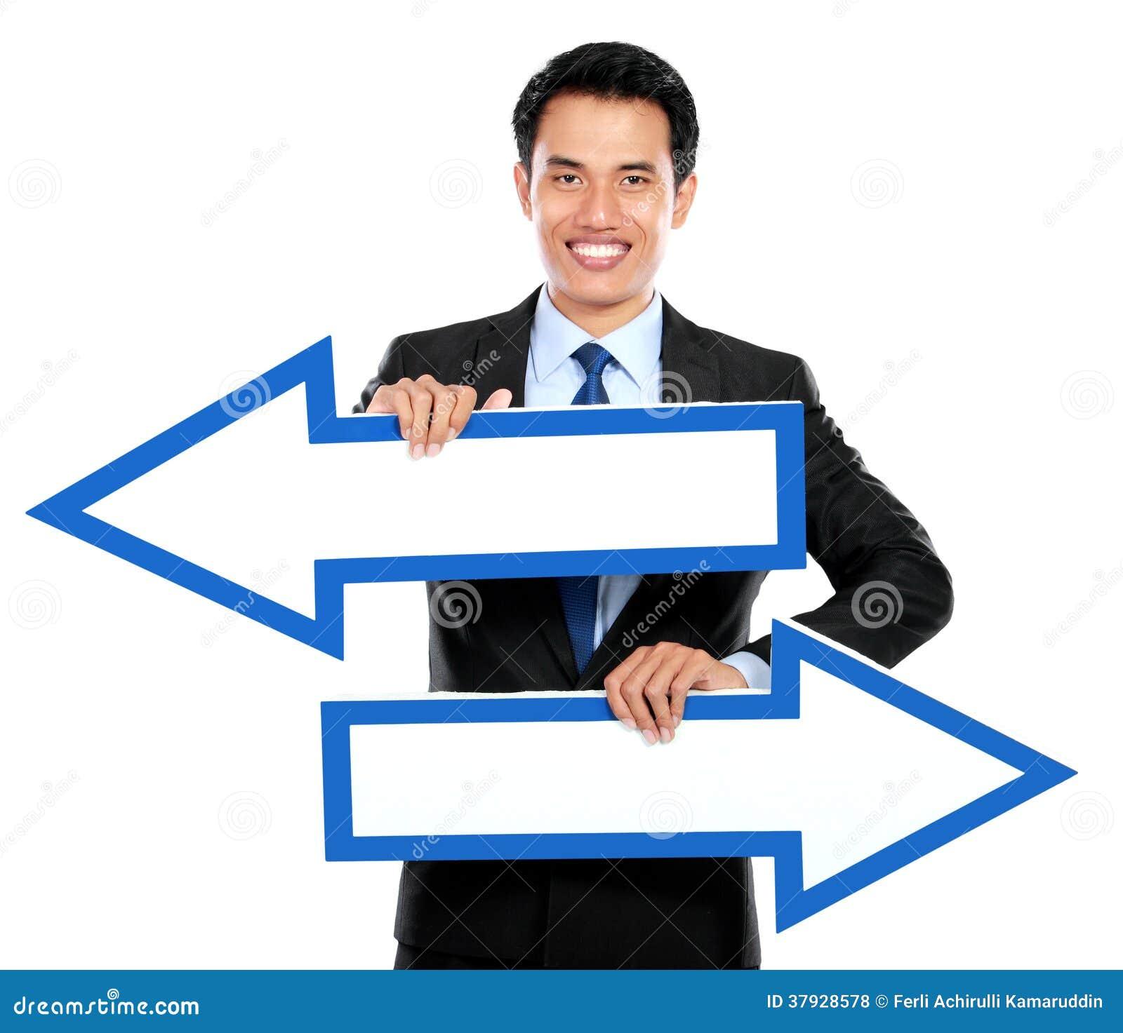 Бизнесмен держа стрелку в руке