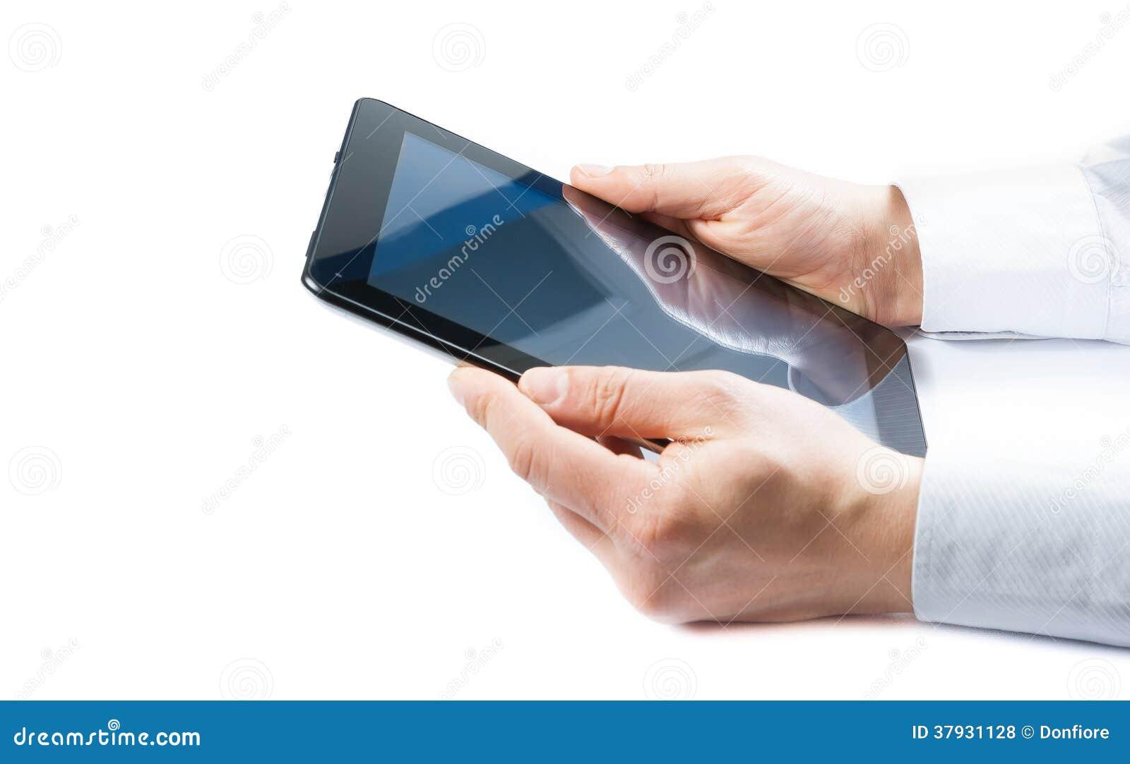 Бизнесмен держа цифровой ПК таблетки