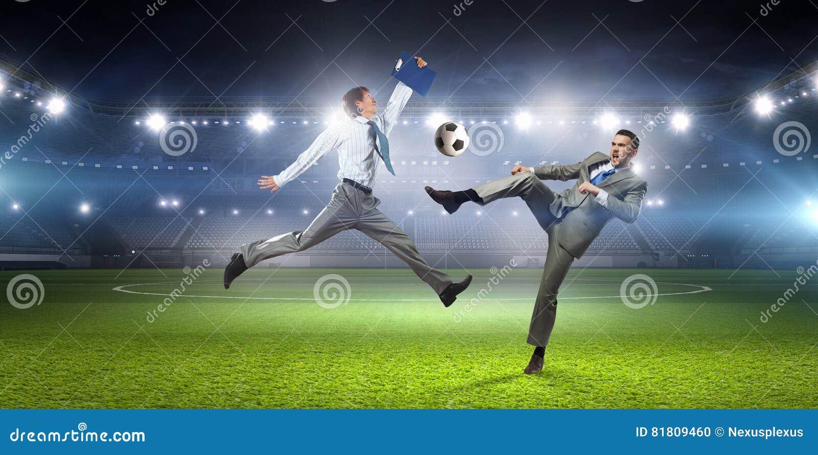 бизнесмен играя футбол Мультимедиа