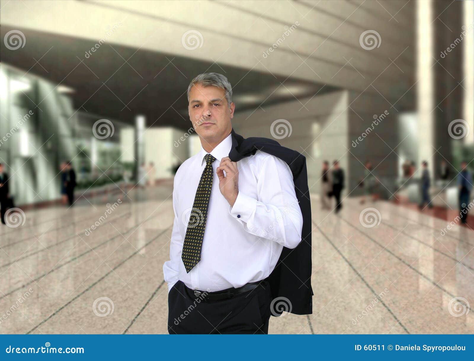 бизнесмен идя работать