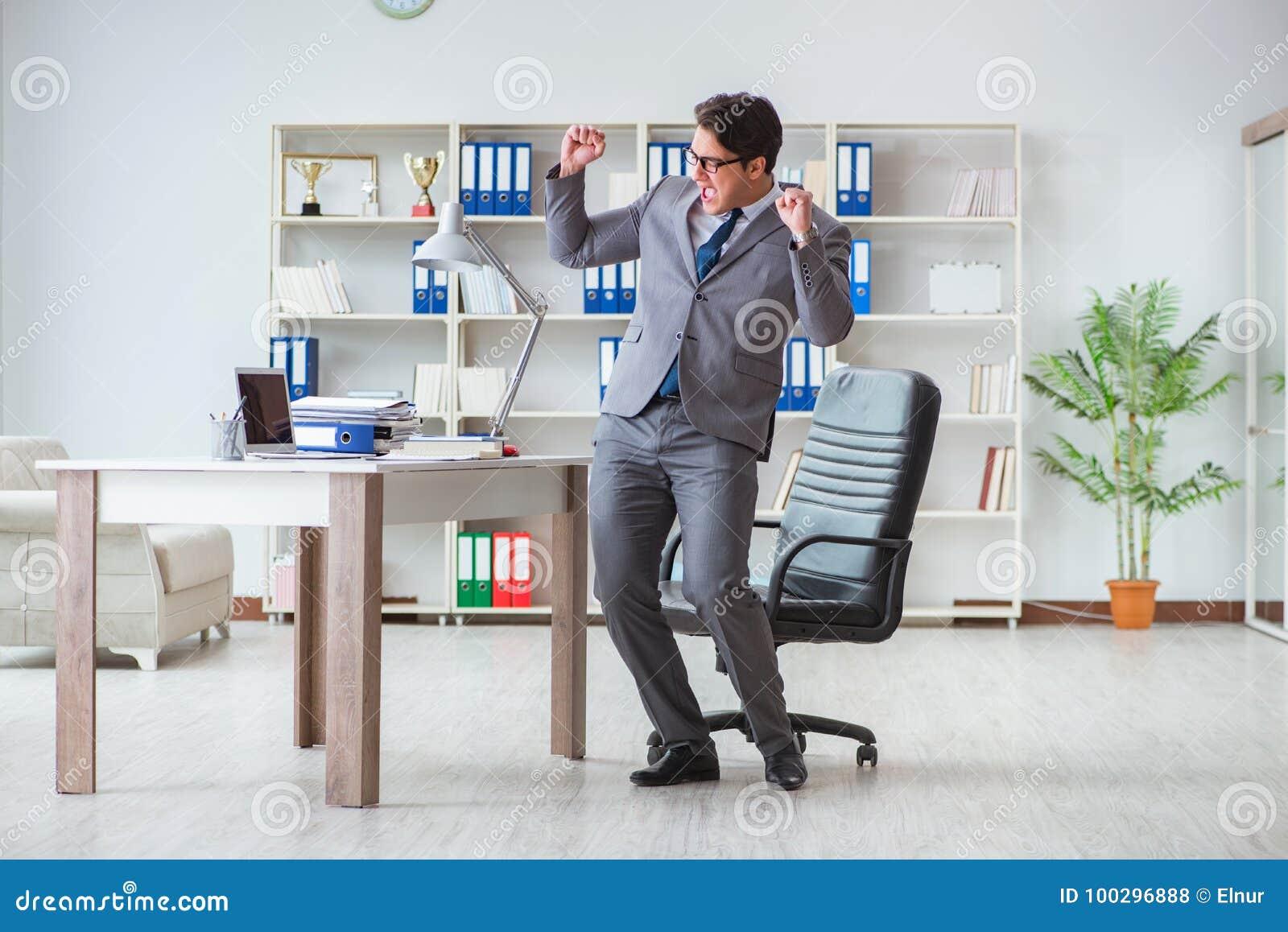 Бизнесмен имея потеху принимая пролом в офисе на работу
