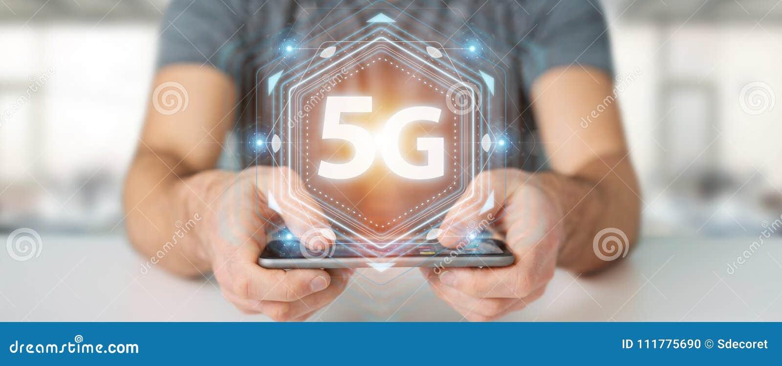 Бизнесмен используя 5G перевод сетевого интерфейса 3D